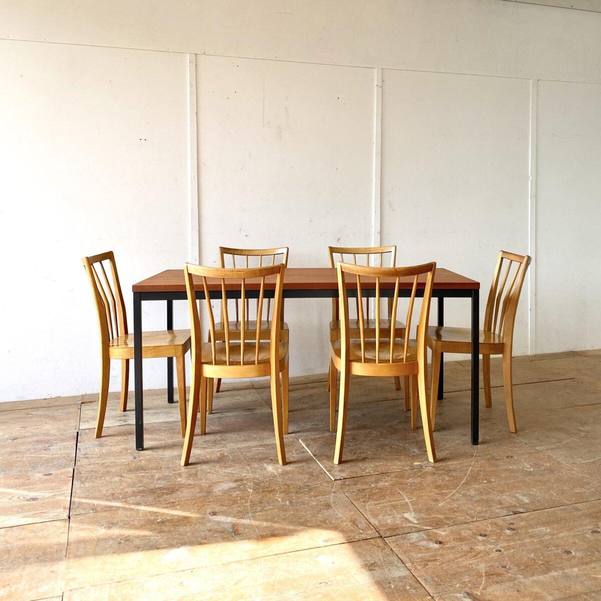 Deuxieme.shop Teak Tisch Knoll USM Sitzungstisch. Einfacher Sitzungstisch 160x60cm Höhe 76cm. Tischblatt Teak furniert. Das Metall Tischgestell ist Anthrazit farbig lackiert. Der Tisch bietet Platz für 6 Personen.