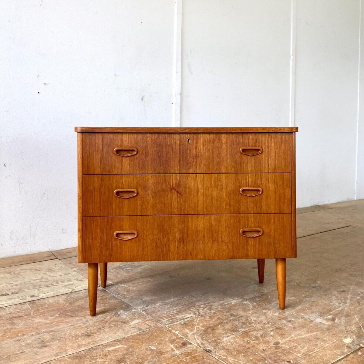 Deuxieme.shop midcentury furniture danish Teak Sideboard. Kleine Dänische Teak Kommode mit drei Schubladen. Das Sideboard steht auf konischen Rundbeinen. 82x41cm Höhe 68cm.