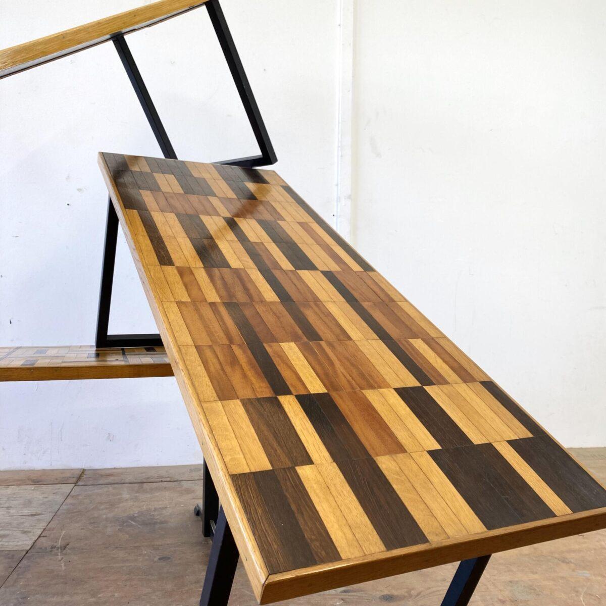 Deuxieme.shop vintage Tisch midcentury coffetable. Drei verschiedene Salontische mit Parkett Muster und schwarzen Metall Füssen. Preis pro Tisch. Masse leicht verschieden. Schachbrett Muster 122x47cm Höhe 43cm. Der zweite mit identischem Kufen Fuss 122x45cm Höhe 43cm. Der Tisch mit dem T-Fuss 126x50cm Höhe 46cm.
