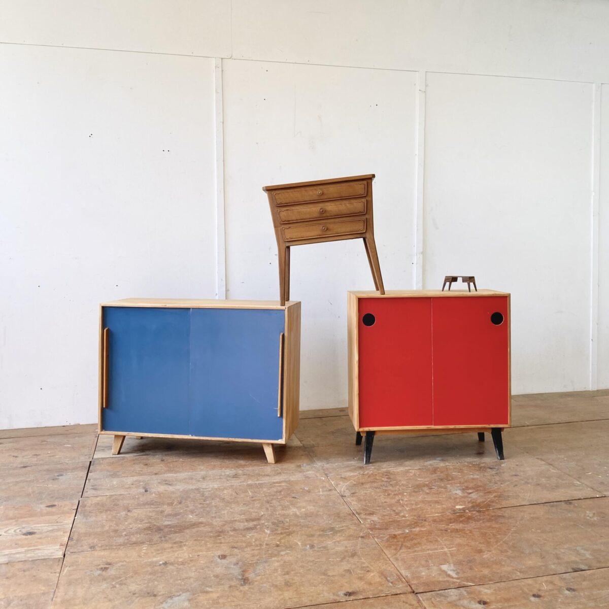 Deuxieme.shop vintage Sideboard. Tannenholz Schuhschränke mit Schiebetüren. Preis pro Stück. Das blaue misst 72x35cm Höhe 77cm. Das rote 52x34cm Höhe 55.5cm. Die Möbel sind geschliffen und gereinigt. Der kleine Nussbaum Nachttisch mit Schubladen ist ebenfalls verfügbar. 180.-