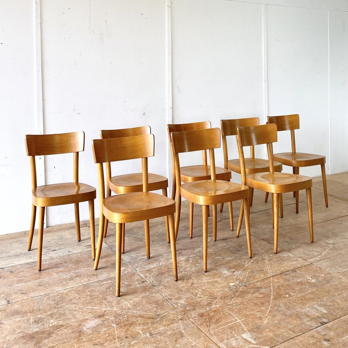 Deuxieme.shop klassische Beizenstühle horgenglarus Classic. Schlichte Beizenstühle mit konischen Rundbeinen, von Eras Holland. Preis pro Stuhl. Die Stühle sind stabil, bequem und leicht restauriert.