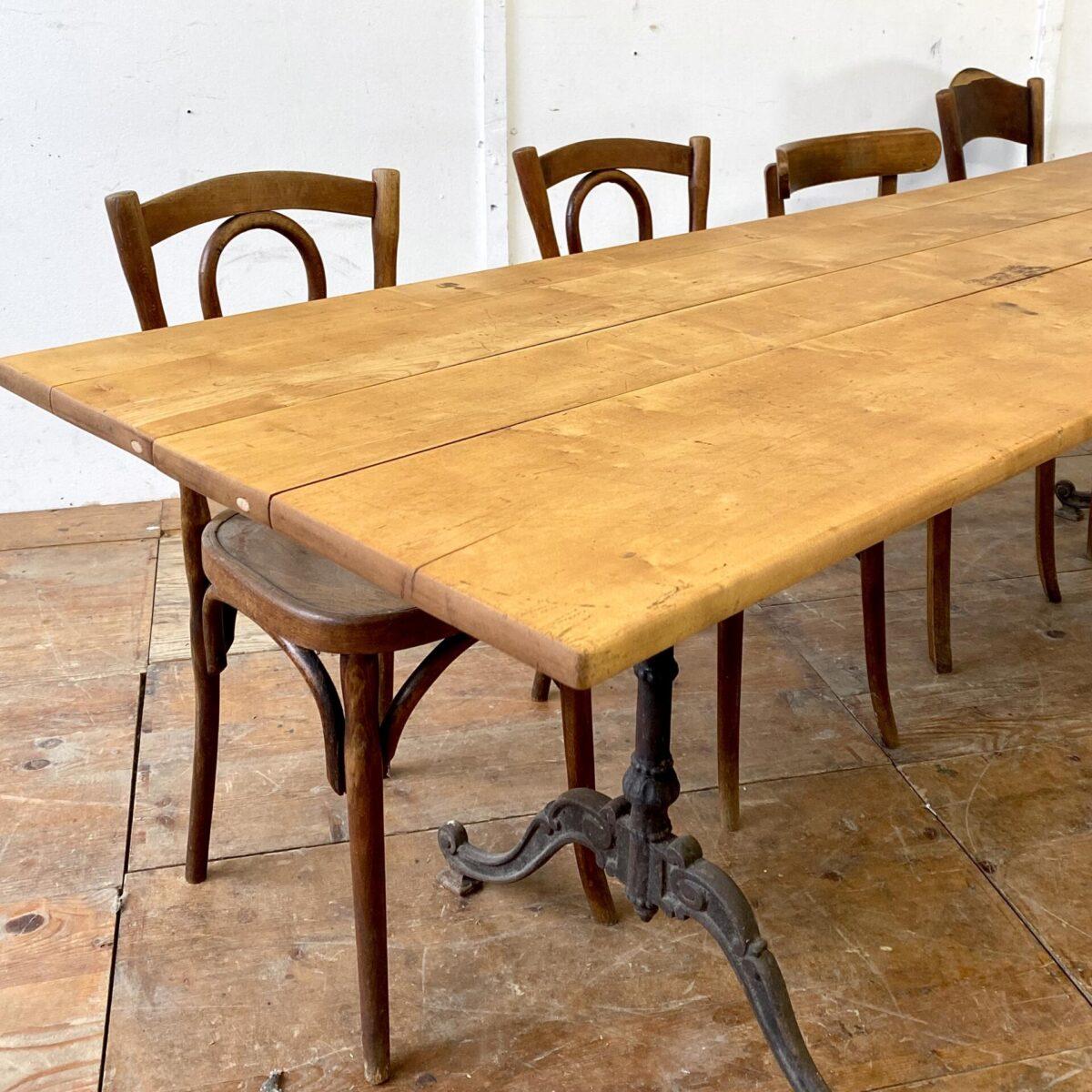 Deuxieme.shop antiker französischer Jugenstil Gusseisen Tisch. Alter Wirtshaustisch aus Ahornholz mit verschnörkelten Gussfüssen. 250x70cm Höhe 73cm. Dieser Beizentisch ist leicht restauriert, Alterspatina leicht offene Fugen, aber alles in stabilem Zustand. Holzoberfläche mit Naturöl behandelt.