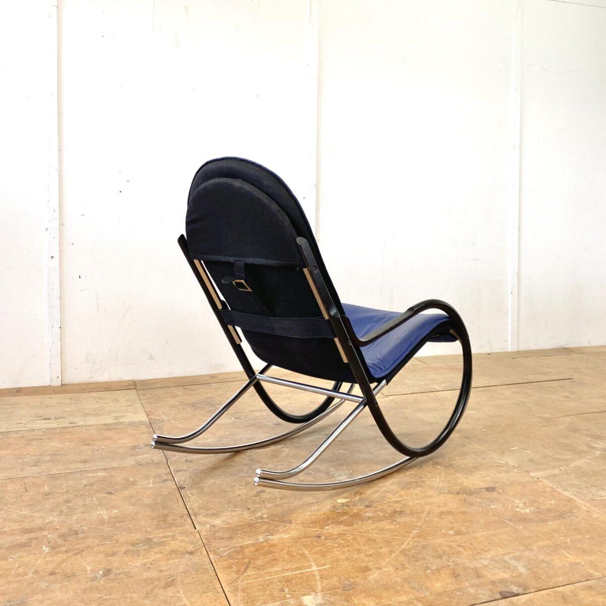 Deuxieme.shop midcentury Rocking Chair. Schweizer Schaukelstuhl von Paul Tuttle für Strässle 70er Jahre. Material blaues Leder, Buchenholz schwarz lackiert, und Metall verchromt. Ein paar altersbedingte Gebrauchsspuren, der Lack auf den Armlehnen hat ein paar kleinere Schrammen. Technisch in einwandfreiem Stabilen Zustand. Sitzhöhe 42cm, Breite 56cm, Tiefe 98cm, Gesamthöhe 94cm.