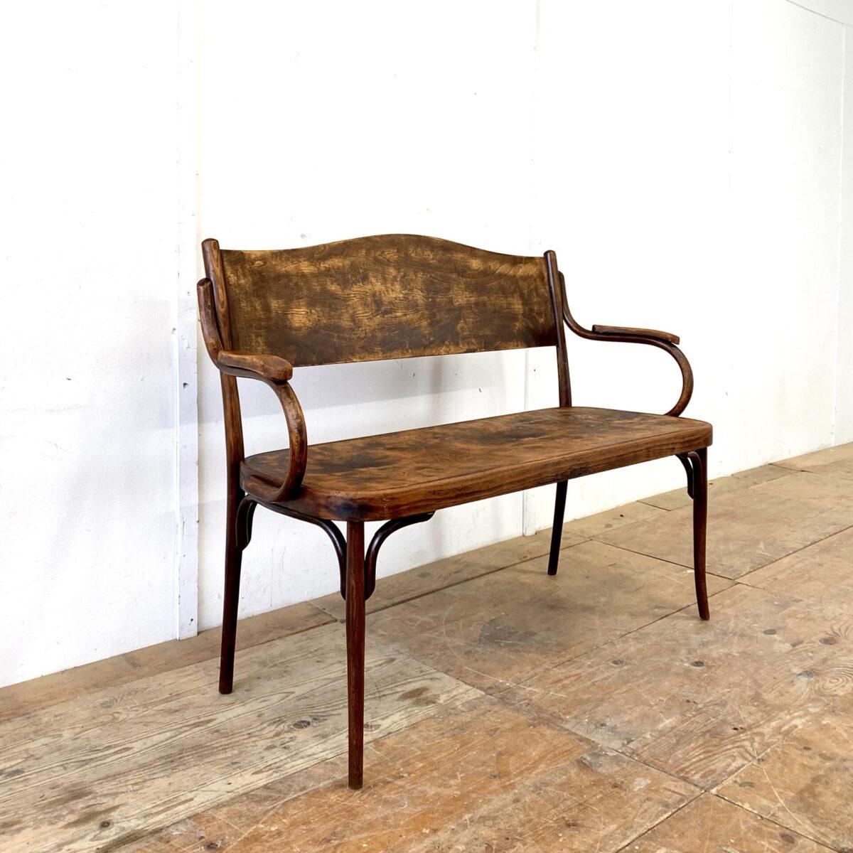 Deuxieme.shop Rare Thonet bench. Antike Bugholz Sitzbank mit Armlehnen. Gesamtlänge 127cm. Die Bank ist schon ziemlich verbraucht, es ist jedoch alles in funktionalem stabilen Zustand. Ein Hersteller ist nicht ersichtlich, verschiedene Firmen wie Thonet, Fischel, Kohn etc. Haben Bänke in der Art hergestellt. Ähnliche oder die gleichen Armlehnen haben wir bei Thonet und Kohn gefunden.