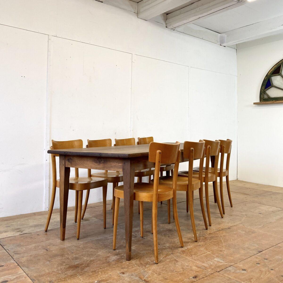 Deuxieme.shop designklassiker Beizentisch, antiker Biedermeiertisch Eichenholz. Biedermeier Tisch aus Eiche mit zwei Schubladen. 230x81cm Höhe 76cm. Der Esstisch hat diverse Risse und leicht offene Fugen, ist aber alles in stabilem Zustand. Bei den Beinen wurde mal bisschen angesetzt. Die Holzoberflächen sind mit Naturöl behandelt. Der Tisch bietet Platz für bis zu 10 Personen.