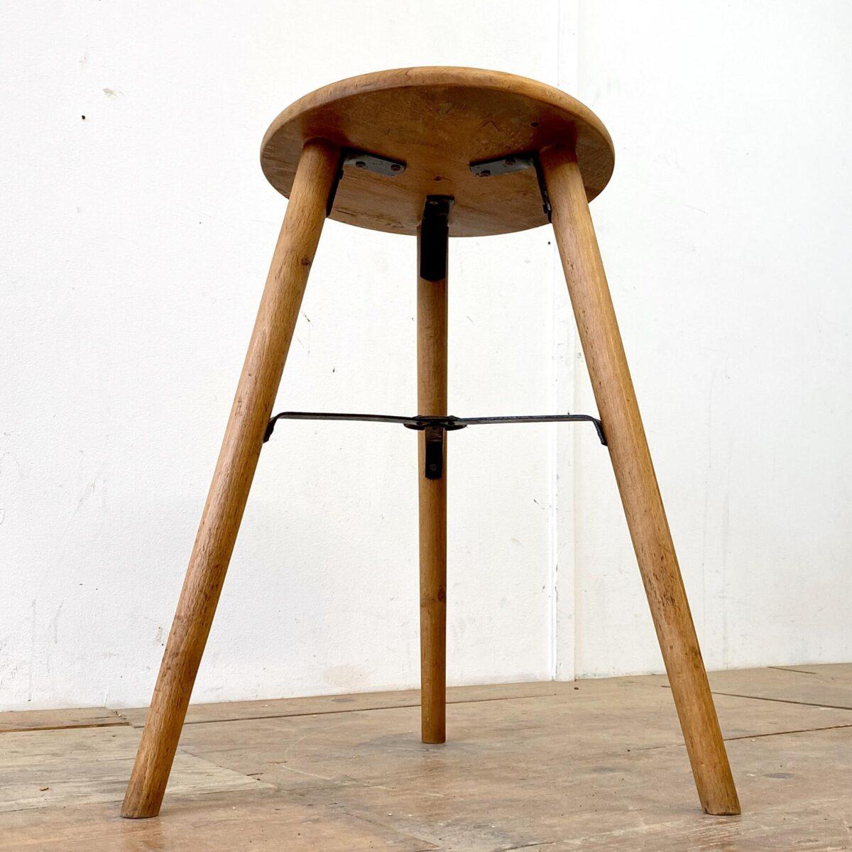 Deuxieme.shop industrial Dreibeinhocker. Alter Werkstatt Stuhl aus Buchenholz. Durchmesser der Sitzfläche ist 35cm Höhe 62.5cm. Die konischen Rundbeine sind in die Sitzfläche gesteckt, und haben eine kreuz Verstrebung aus Metall.