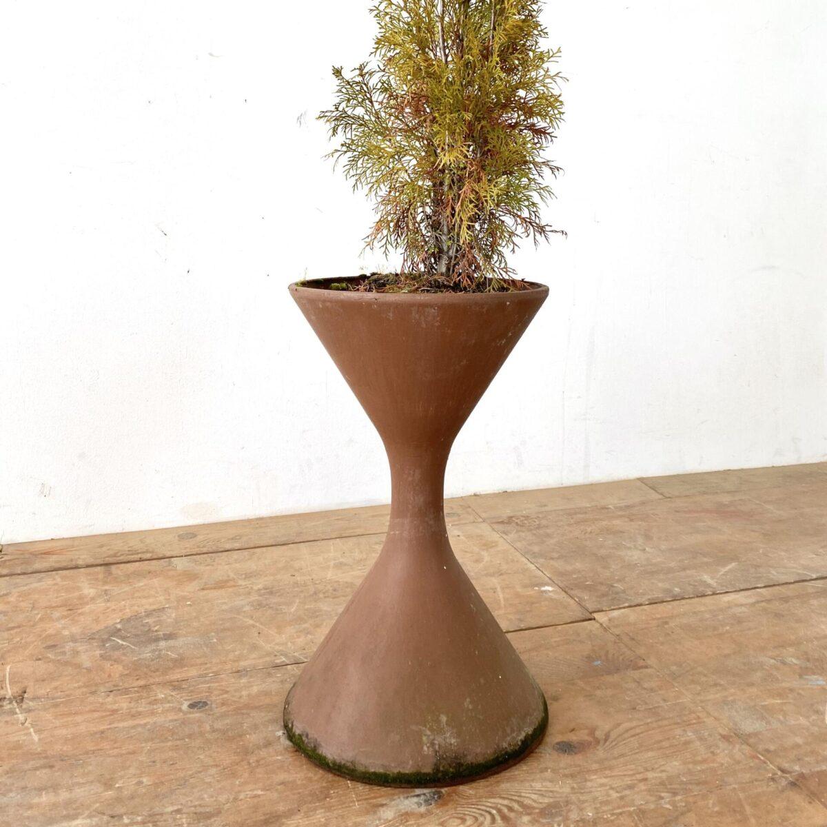 Deuxieme.shop midcentury willy Guhl swissdesign. Kleine Eternit Pflanzen Spindel von Willy Guhl. Durchmesser 38cm Höhe 60cm. Preis pro Stück. Der kleine Tisch kann andersrum gestellt, ebenfalls bepflanzt werden. Durchmesser 63cm Höhe 56.5cm. Zu den Spindeln gibt es runde Plastik Schalen.