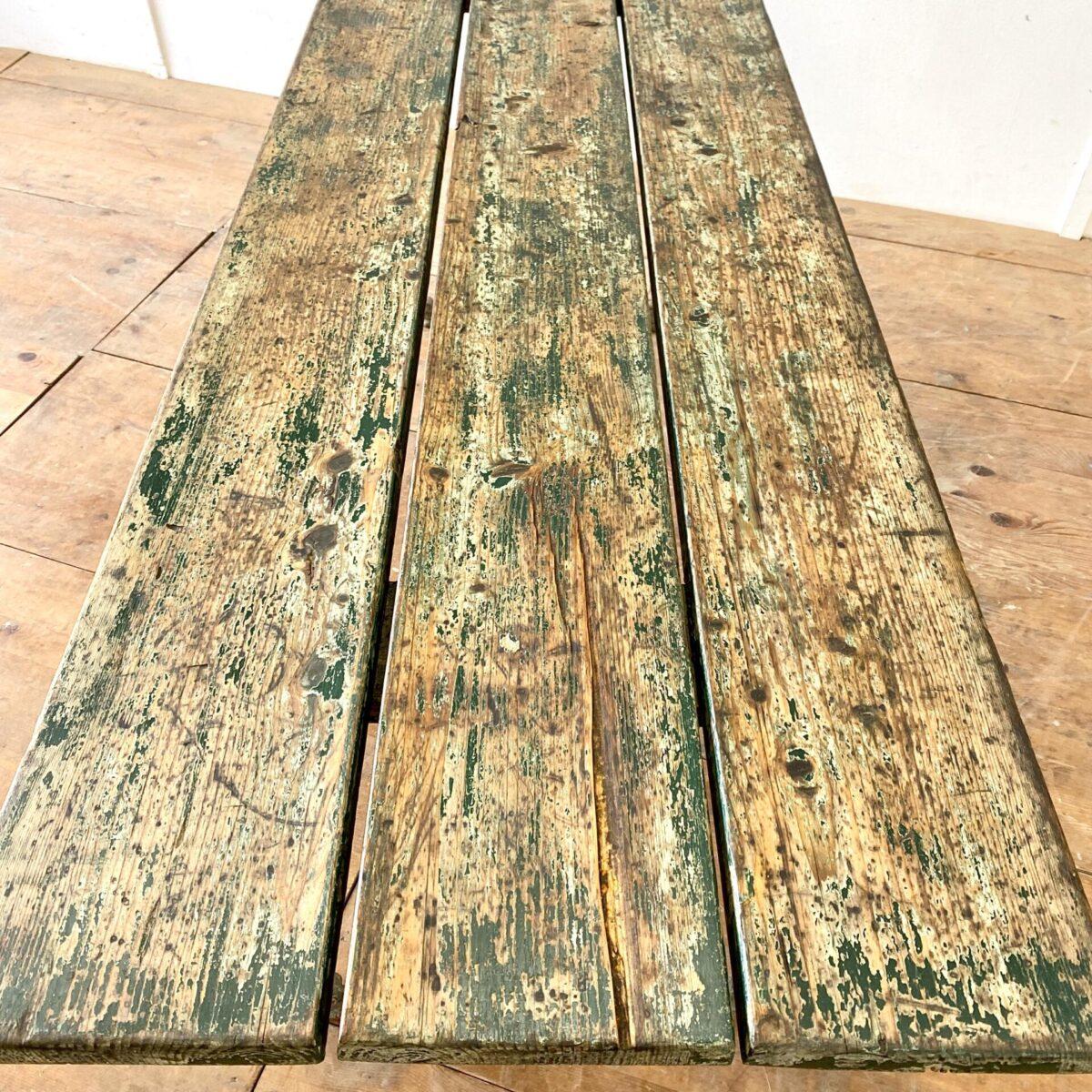 Deuxieme.shop antiker Jugendstil Gartentisch, antike französische Gussfüsse. Holz Gartentisch mit antiken Gussfüssen. 200x70cm Höhe 74.5cm. Beizentisch fürs Esszimmer, Terrasse oder Wintergarten. Die abgeblätterte Farbe der Tischplatte leicht gebürstet, das Holz ist in gesundem Zustand. Der Tisch bietet Platz für 8 Personen.