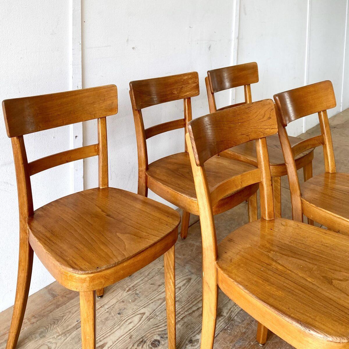 Deuxieme.shop swiss chairs. 9 Beizenstühle leicht restauriert, preis pro Stuhl. Im Vergleich zu den meisten anderen Beizenstühlen sind diese Stühle aus Ulmen Holz, und die Sitzfläche ist ebenfalls aus Vollholz. Technisch in stabilem Zustand, die Hinterbeine wurden mal neu durchgehend verschraubt.