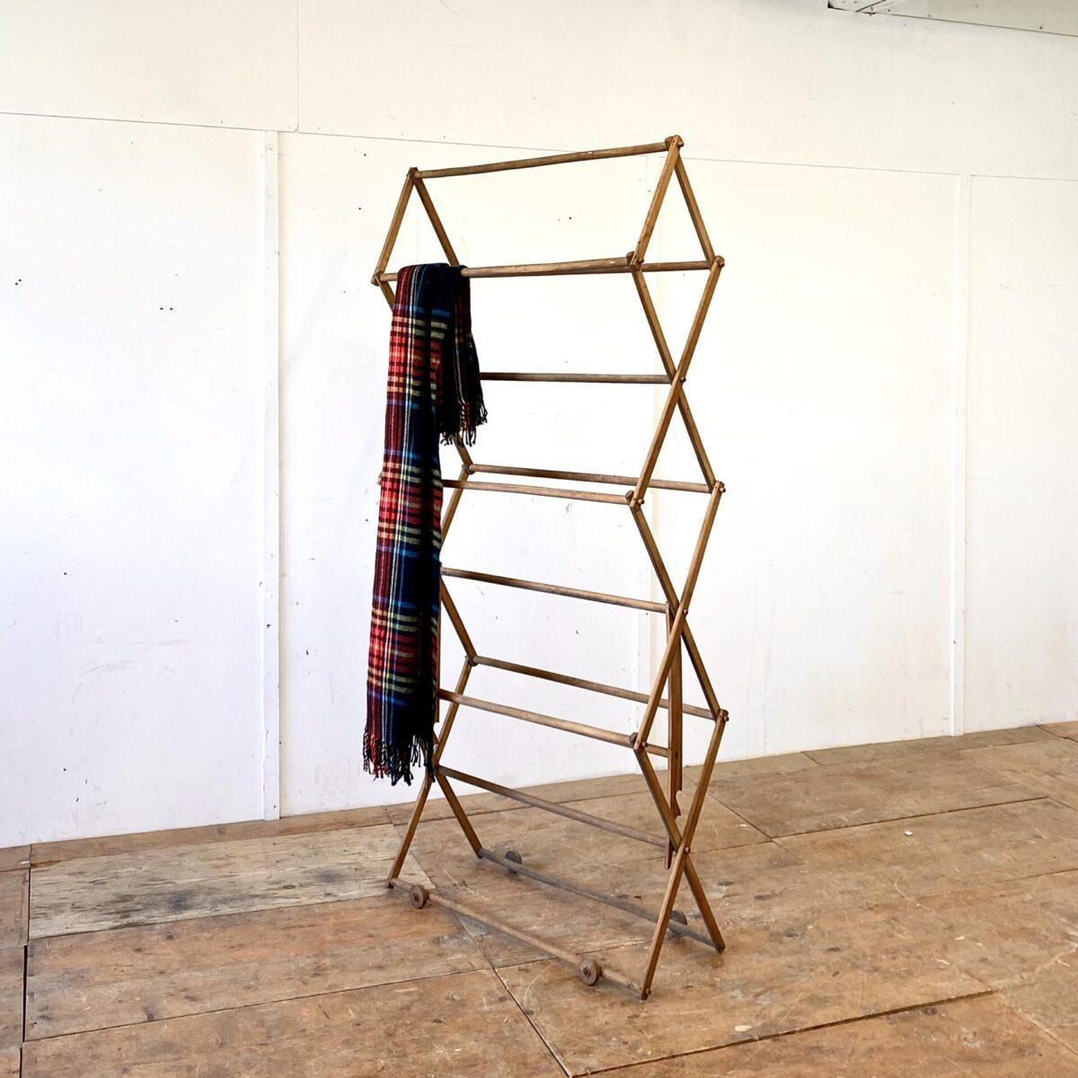 Deuxieme.shop Krawatten Regal. Wäscheständer mit Holz Rollen für Kleider oder Frotté Tücher. 90cm breit höhenverstellbar von 150-190cm.