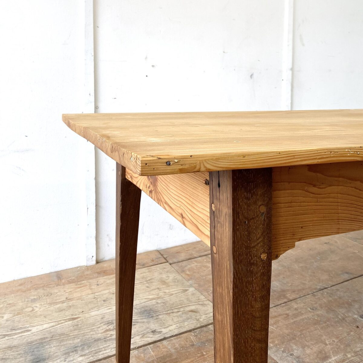 Deuxieme.shop antiker Holztisch designklassiker. Alter Biedermeiertisch aus Tannenholz. 197x76cm Höhe 75.5cm. Die dunklen Tischbeine sind aus Eichenholz. Um die Beinfreiheit zu gewährleisten, sind die Längszargen leicht ausgenommen, und die Beine bisschen verlängert. Die Holzoberflächen sind geölt.