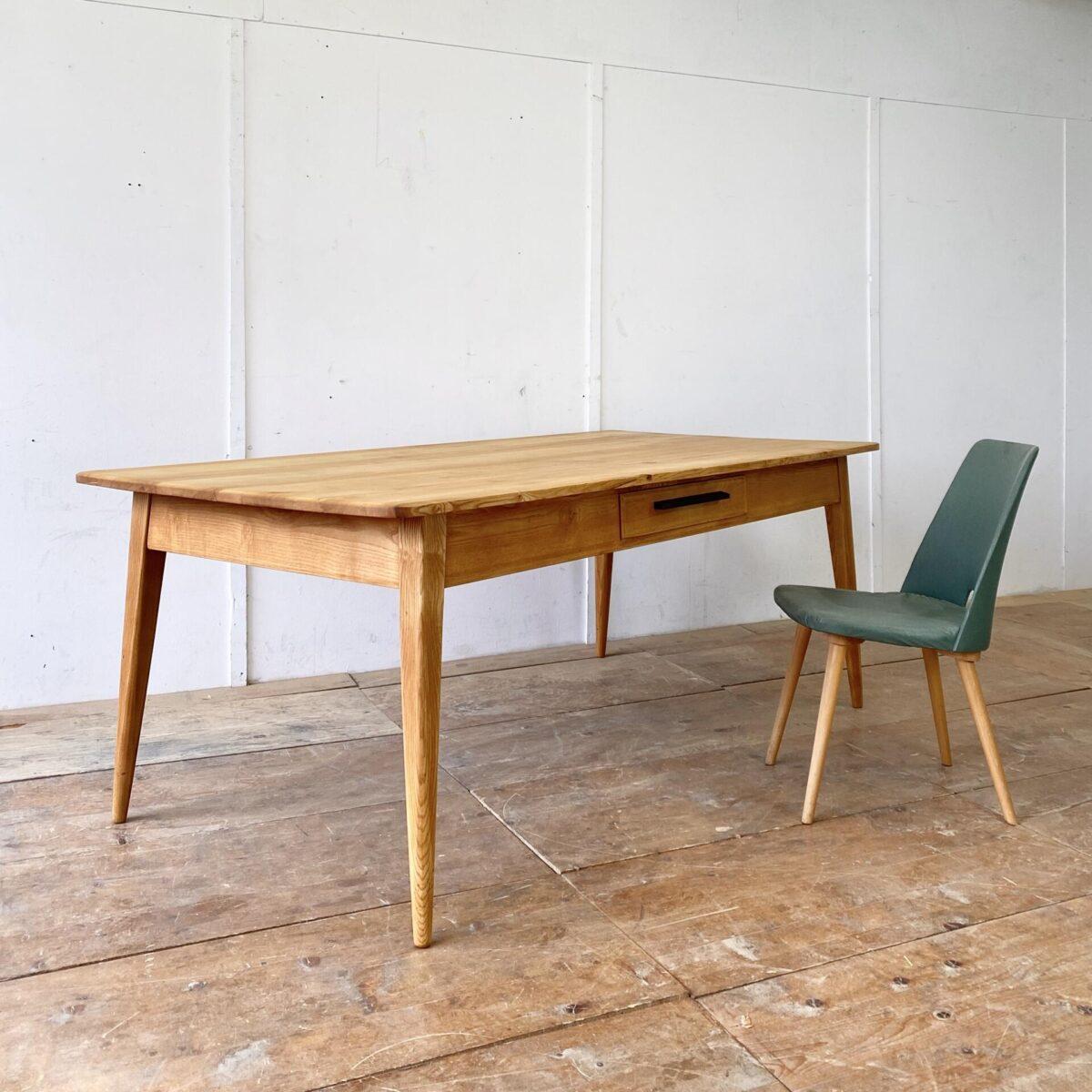 Deuxieme.shop swissdesign Tisch wohnbedarf. Schlichter Esstisch aus Esche Vollholz mit zwei Schubladen. 200x99cm Höhe 75cm. Dieser simple geradlinige Holztisch ist Qualitativ hochwertig verarbeitet, wohl eine Schreiner Anfertigung aus den 50er 60er Jahren. Die Tischbeine sind nach aussen abgewinkelt, und werden gegen fussende rund. Die Holzoberfläche ,mit leichter Alterspatina,