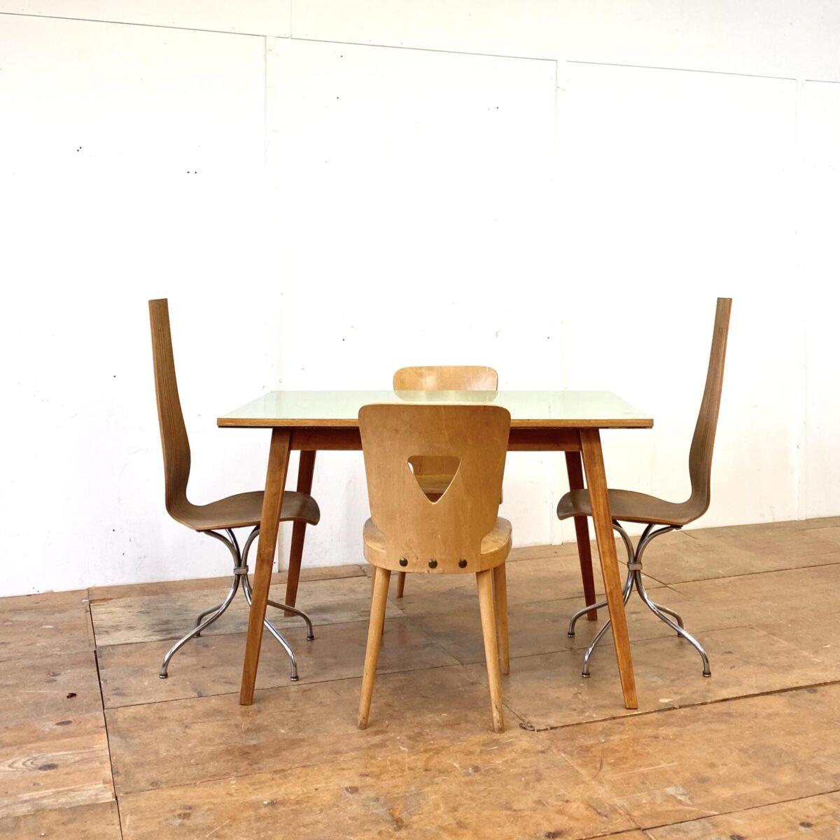 Deuxieme.shop 50er Jahre Schreibtisch swissdesign. Küchentisch mit grünem Kunstharz (Kelko) Tischblatt. 115x80cm Höhe 75cm. Die konischen Beine sind aus Buchenholz mit Alterspatina, das Tischblatt ist abgesehen von ein paar kleinen Kratzern in schönem Zustand.