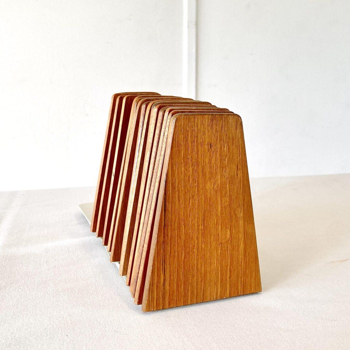 Deuxieme.shop danish midcentury teak Möbel. Teak Bücherstützen von Kai Kristiansen für FM aus den 60er Jahren. 14.5x9.5cm Höhe 12.5cm. Preis pro Stück. Die Buchstützen sind fein verarbeitet und in schönem vintage Zustand. Passend zu String oder Teleskopregalen. Die Metall Grundplatte ist grau lackiert.