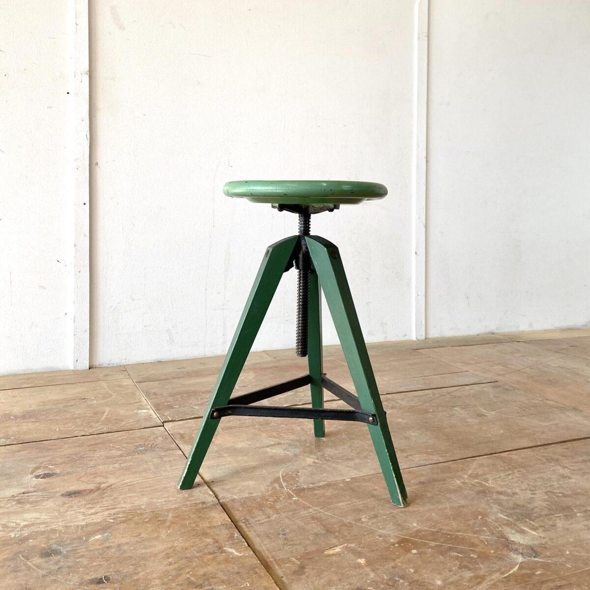 Deuxieme.shop industrial Dreibeinhocker Werkstatt Stuhl. Dreibein Industrie Hocker. Durchmesser 32cm höhenverstellbar von 52-73cm. Der Stuhl ist in stabilem Zustand, die drehbare Höhenverstellung läuft einwandfrei.