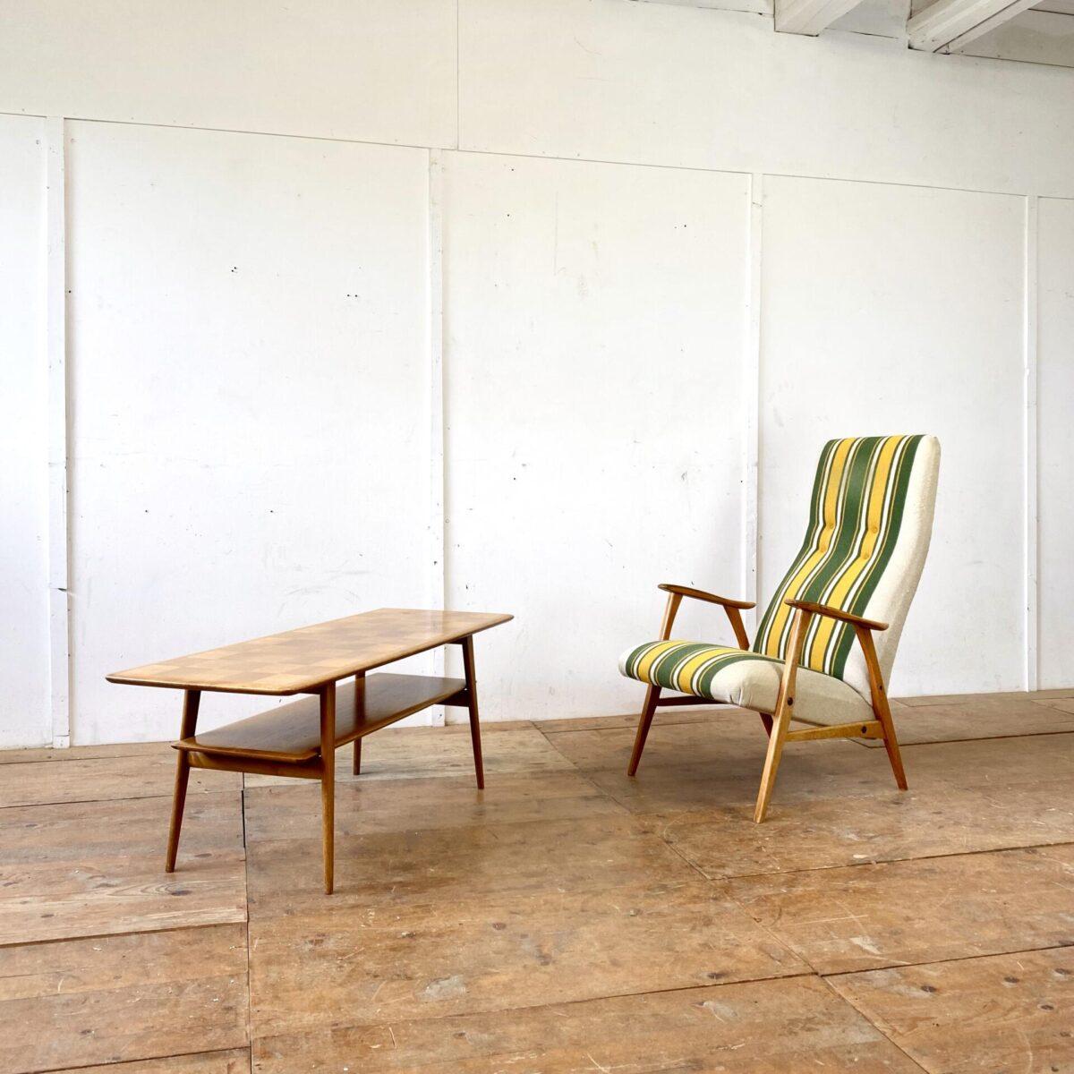 Deuxieme.shop midcentury coffetable. Länglicher Salontisch aus Nussbaumholz. Deckplatte mit kariertem Intarsien Muster. Kleinere Lackschäden und Kratzer, ansonsten in gutem vintage Zustand.