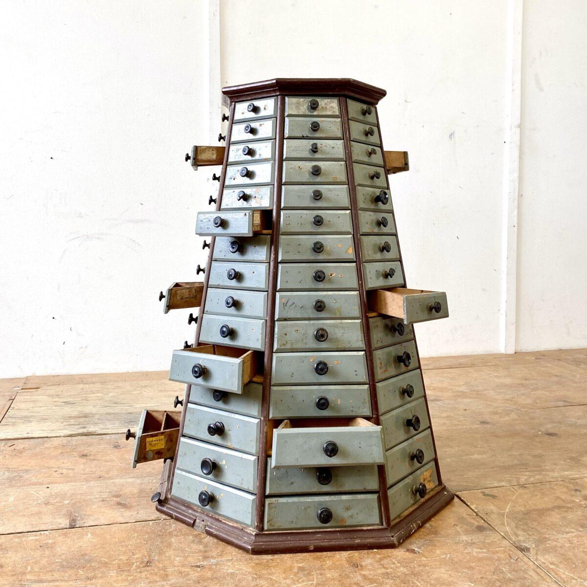 Deuxieme.shop industrial Apotheker Schubladenkorpus. Schubladenmöbel mit 120 Schubladen. Unterer Durchmesser 65cm oben 36cm Höhe 84cm. Die Schubladen haben eine dreieckige Grundform.