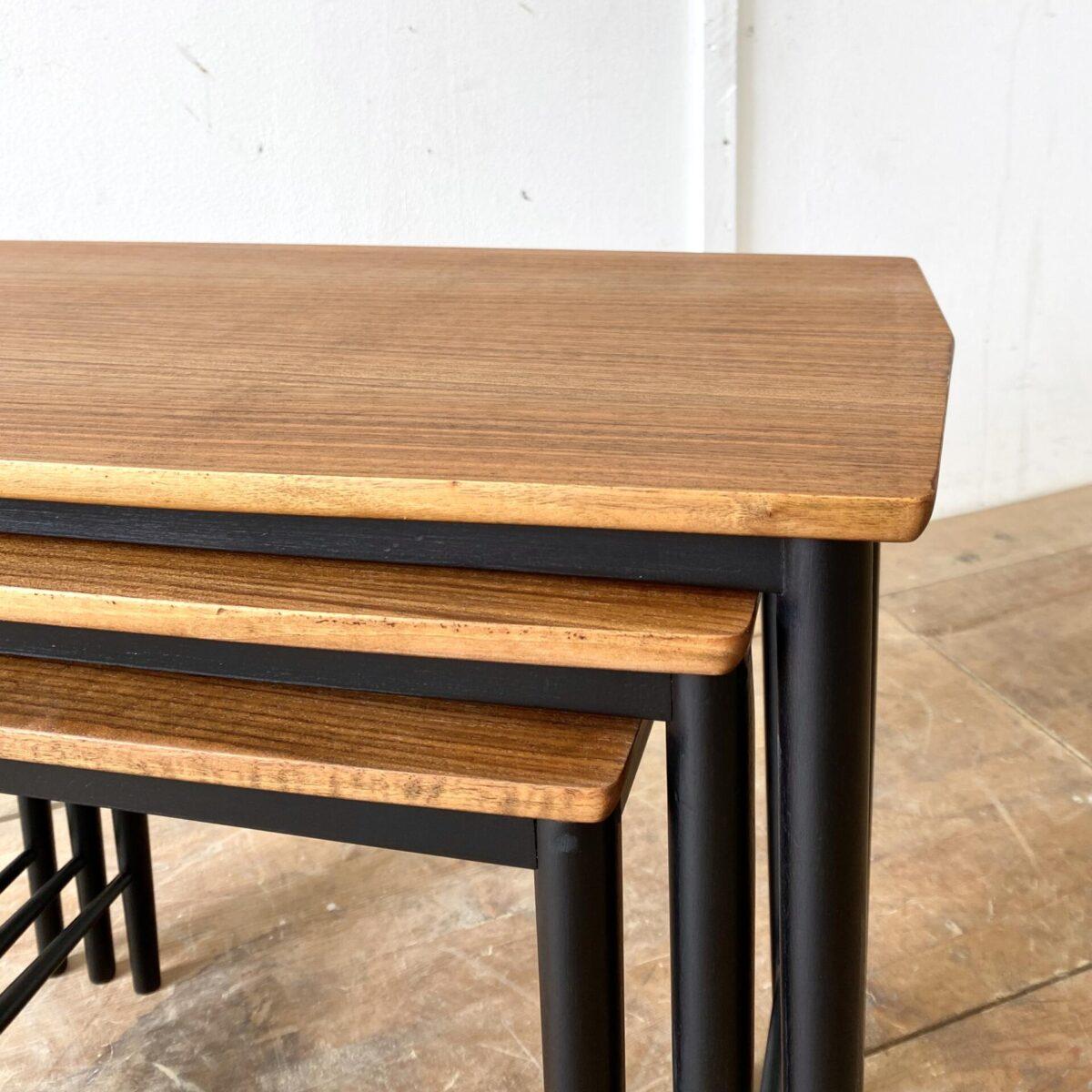 Deuxieme.shop midcentury coffetable Satztische leggera Gio ponti. Set mit 3 Nussbaum Satztischen. 67x40cm Höhe 54cm. Die Tische sind frisch aufbereitet, Holzoberfläche mit Naturöl behandelt. Die Filigranen Holzbeine sind schwarz lackiert. Die Tische lassen sich ineinander Schieben, verteilt als Sofa Beistelltische oder Blumentische.