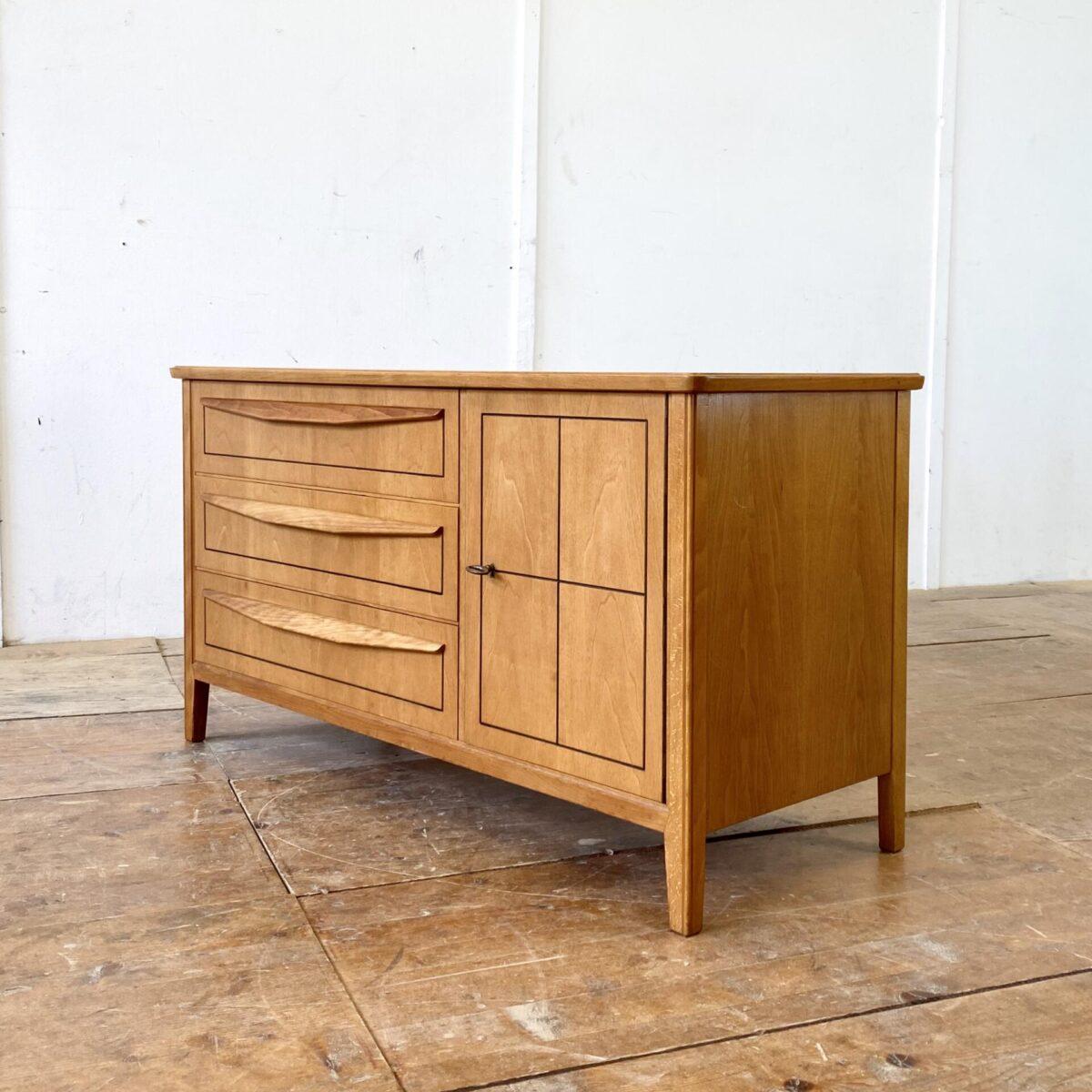 Deuxieme.shop midcentury sideboard. Nussbaum Kommode mit drei Schubladen und abschliessbarer Türe. 118x45cm Höhe 63cm. Feine schwarze Filet Einfräsungen in der Front.