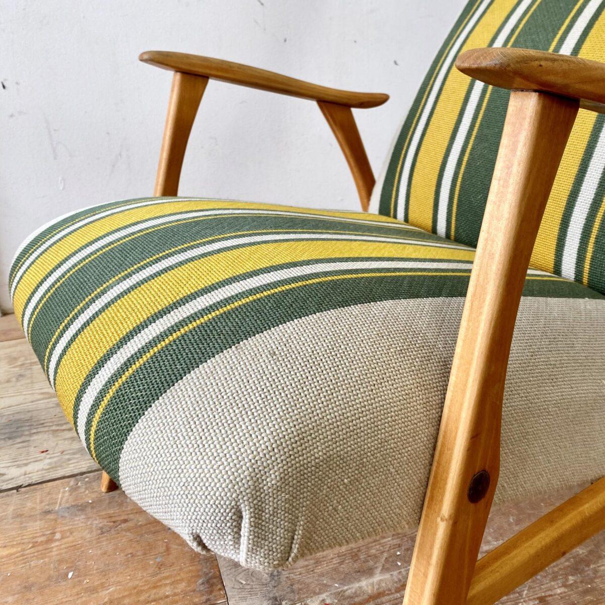 Deuxieme.shop midcentury Cocktail Sessel easy Chair, danish furniture. Vintage Stoff Sessel mit hohem Rücken. Der grün-gelbe Stoffbezug ist leicht abgewetzt, Buchenholz Beine und Armlehnen mit Alterspatina.