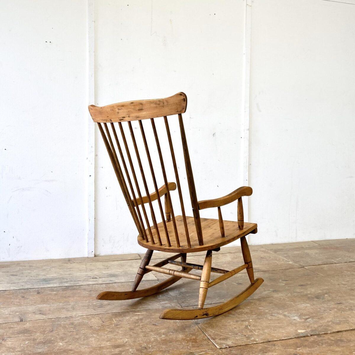 Deuxieme.shop antiker Schaukelstuhl. Alter Buchenholz Schaukelstuhl mit Sprossen Rückenlehne. Sitzhöhe ca. 40cm. Die Holzverbindungen sind stabil, die Sitzfläche hat eine leichte Sitzmulde. Der Sessel wurde mal abgelaugt und geölt. Alterspatina und etwas Rückstände der alten Beize, aber insgesamt eine warme homogene Ausstrahlung.