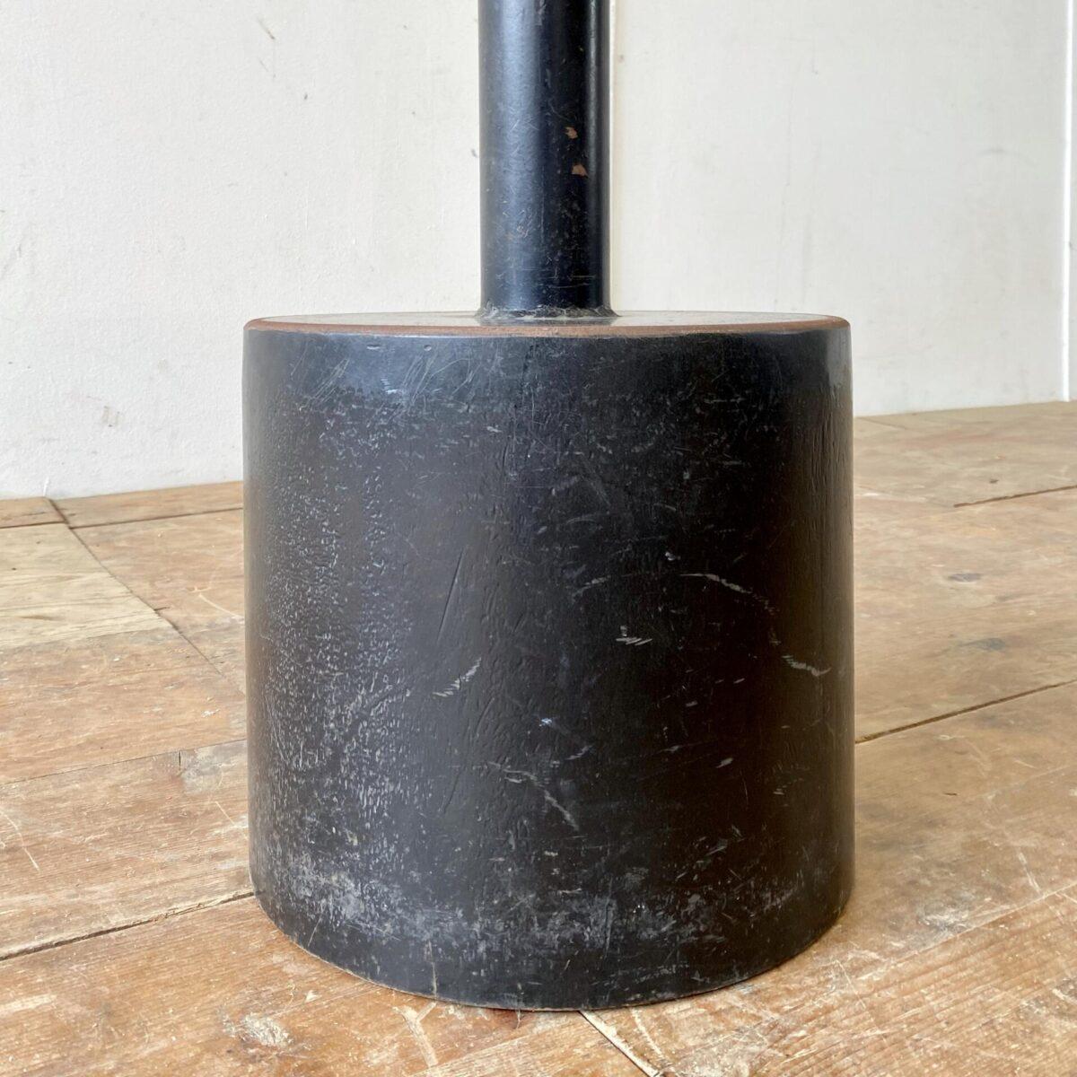 Deuxieme.shop industrial bistrotisch kaffe Tisch Küchentisch mit Gussfuss. Runder Eichenholz Bistrotisch mit Metallfuss. Durchmesser 60cm Höhe 73cm. Das Vollholz Tischblatt ist mit Naturöl behandelt, schwerer Metallfuss mit Patina.