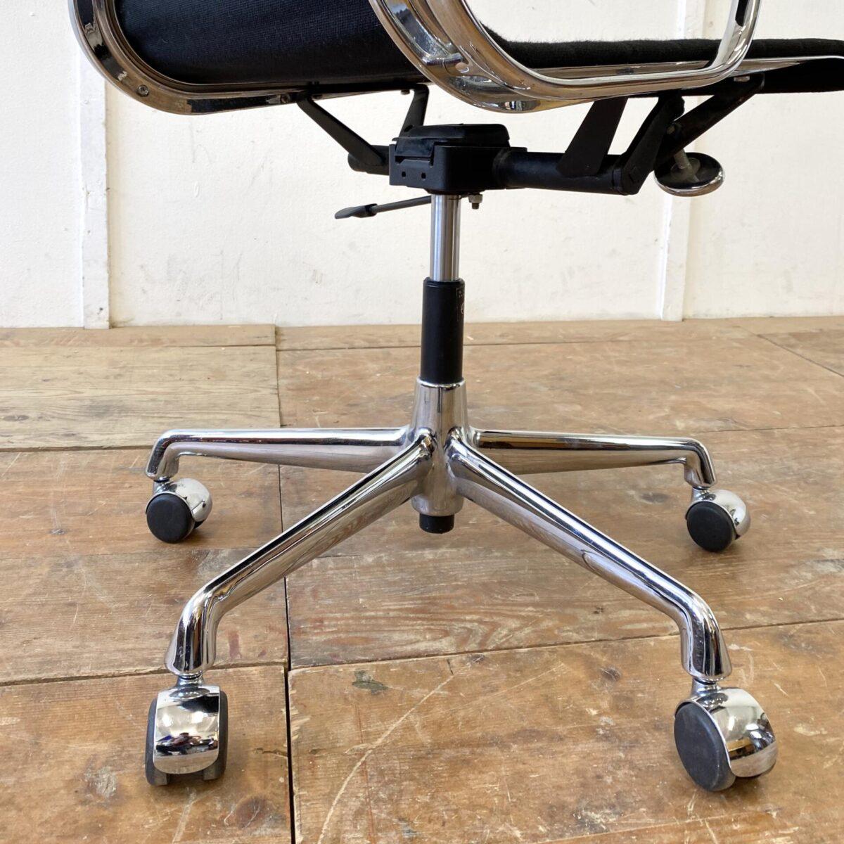 Deuxieme.shop Eames Alu Chair 60er Jahre designklassiker. Aluminium Chair EA 117 von Ray und Charles Eames. Der von Vitra produzierte Bürostuhl ist auf Rollen, höhenverstellbar, neigbar und drehbar. Der schwarze Hopsak Bezug ist in gepflegtem guten Zustand, minimale Abnutzung an den Ecken der Rückenlehne. Die verchromten Metall Elemente sind teilweise leicht beschlagen.