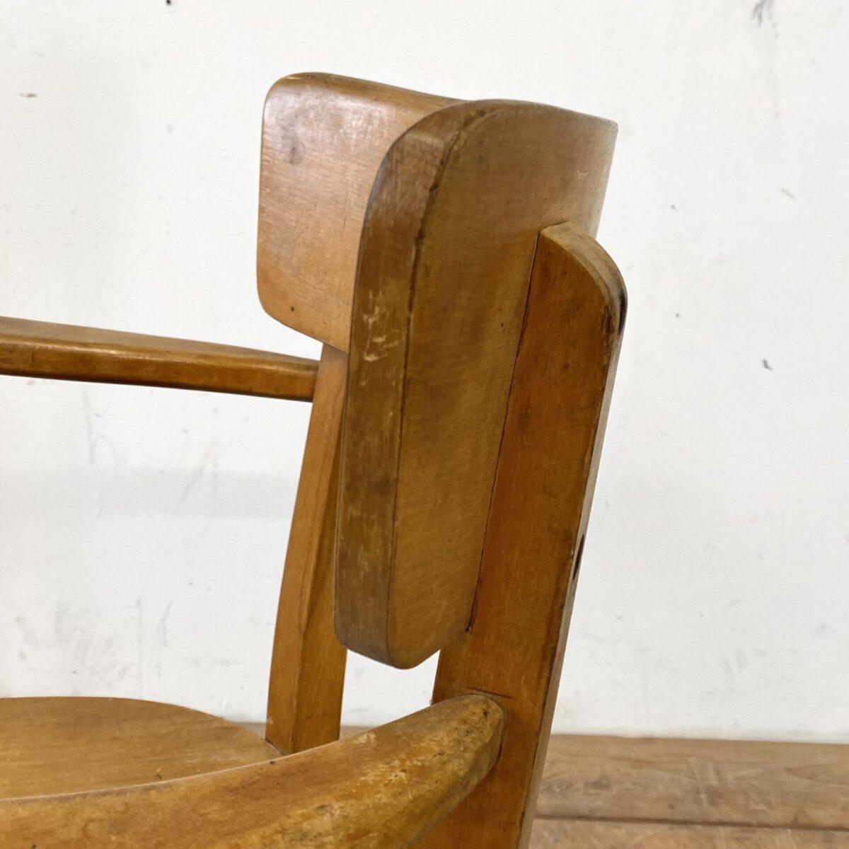 Frankfurter Armlehnstuhl in stabilem Zustand, mit Alterspatina. Sitzfläche aus Sperrholz, Armlehnen und Hinterbeine Dampfgebogen.