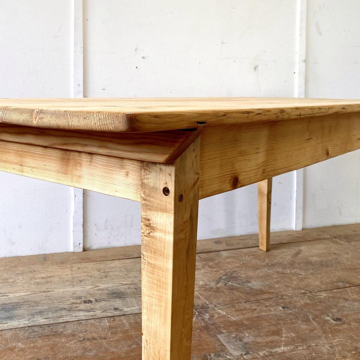 Deuxieme.shop antiker Holztisch. Alter Tannenholz Biedermeiertisch mit Gratleisten. 184.5x71cm Höhe 75cm. Der Esstisch hat eine warme gemütliche Ausstrahlung. Schlichte klassische Form mit geraden konischen Beinen. Die Holzoberflächen sind mit Naturöl behandelt. An dem Tisch finden bis zu 8 Personen Platz.
