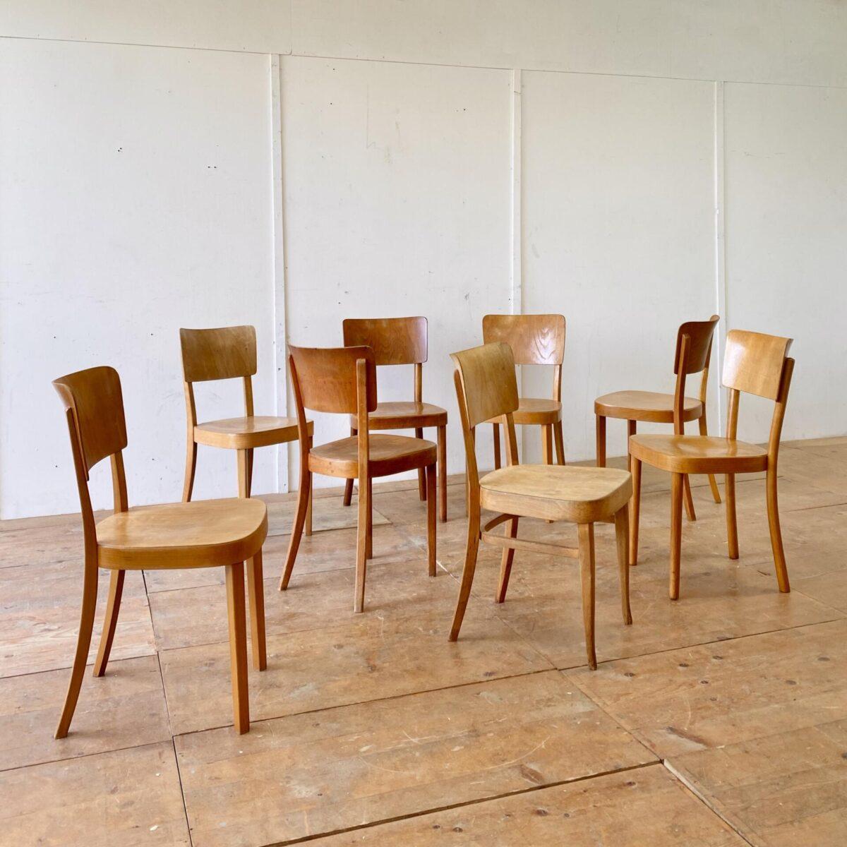 Deuxieme.shop Beizenstühle Horgenglarus Swiss design 30er Jahre. Verschiedene horgenglarus Stühle Modell Safran. Preis pro Stuhl. Die Stühle sind leicht überarbeitet, wacklige Vorderbeine und Sitzflächen frisch verleimt. Drei verschiedene Modelle und unterschiedlich im Farbton.
