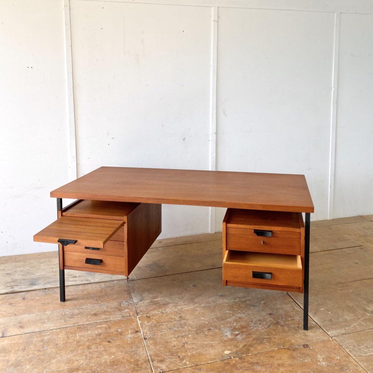 Deuxieme.shop midcentury teak Tisch teakdesk. Teak Schreibtisch mit Schubladen und schwarzen Metallbeinen. 156.5x78cm Höhe 74cm. Der Tisch hat diverse kleinere Hicke und Schrammen, zwei der Kunststoff Schubladengriffe sind etwas verbrochen, eines der beiden Schlösser klemmt. Ansonsten in schönem vintage Zustand.