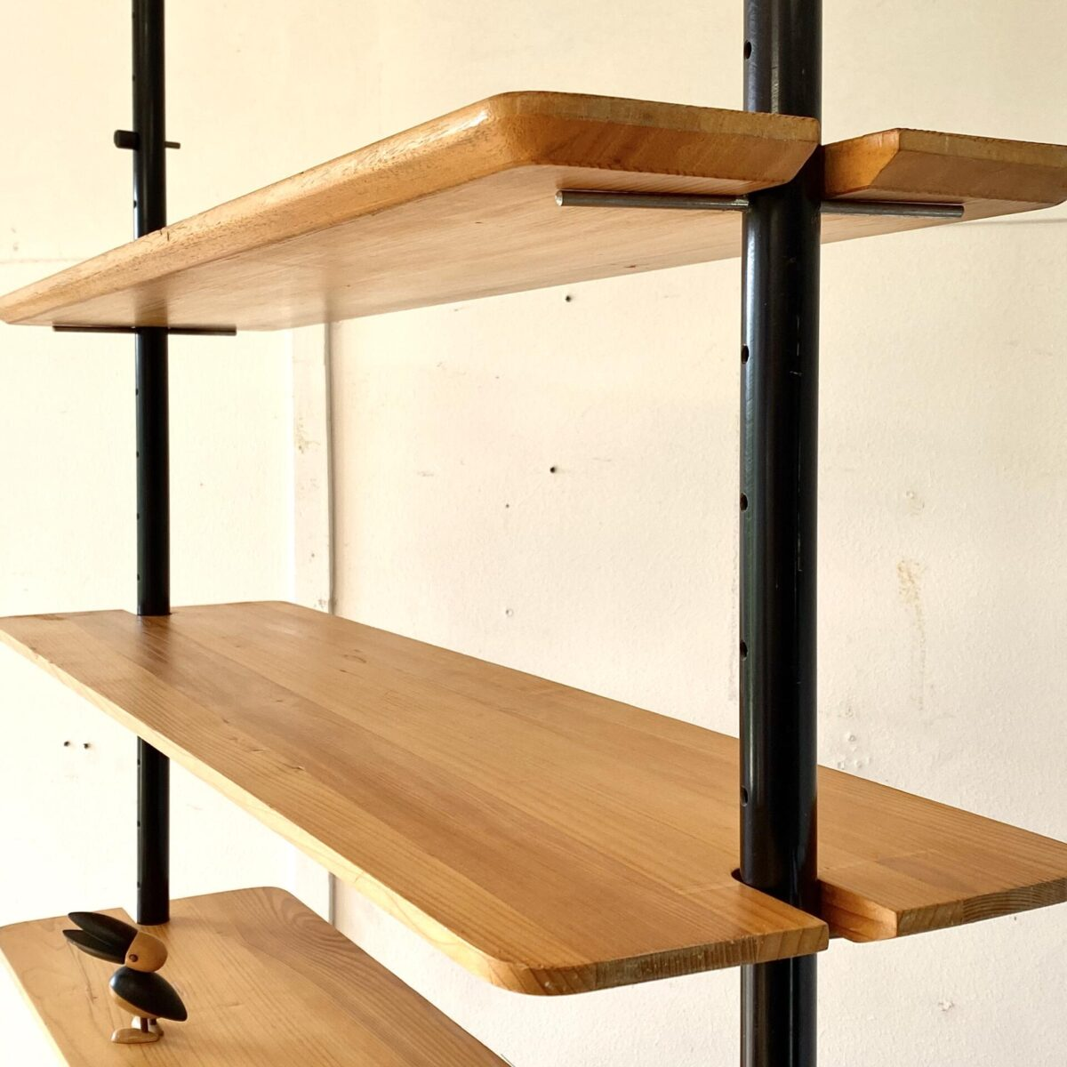 Deuxieme.shop midcentury Spannregal. Teleskopregal mit sieben Fichtentablaren. 90x25cm Höhe 245-280cm. Das Bücherregal ist in schönem Original Zustand, die runden Metallstangen haben Holzabschlüsse an den Enden.