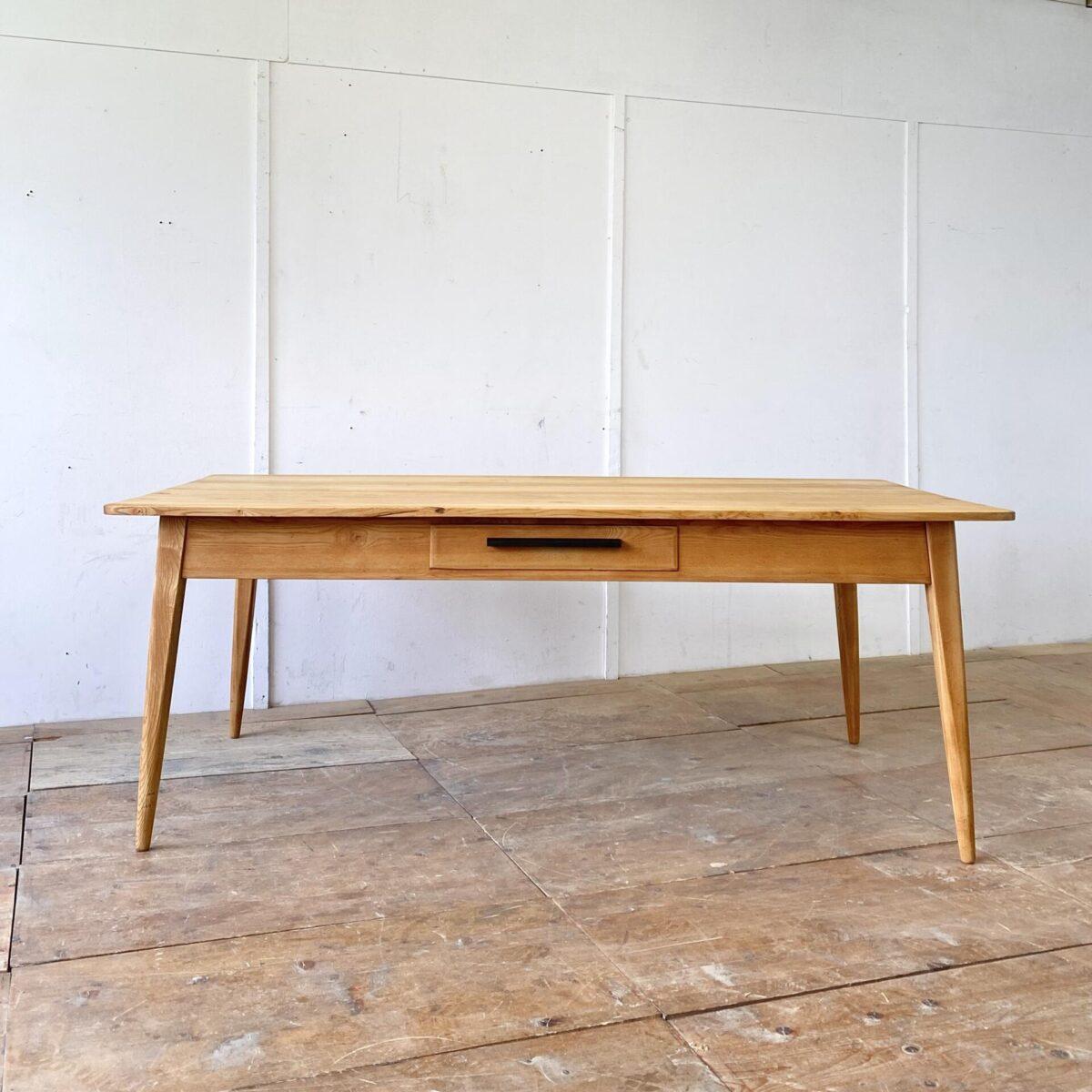 Deuxieme.shop swissdesign Tisch wohnbedarf. Schlichter Esstisch aus Esche Vollholz mit zwei Schubladen. 200x99cm Höhe 75cm. Dieser simple geradlinige Holztisch ist Qualitativ hochwertig verarbeitet, wohl eine Schreiner Anfertigung aus den 50er 60er Jahren. Die Tischbeine sind nach aussen abgewinkelt, und werden gegen fussende rund. Die Holzoberfläche ,mit leichter Alterspatina, ist frisch aufbereitet und mit Naturöl behandelt.