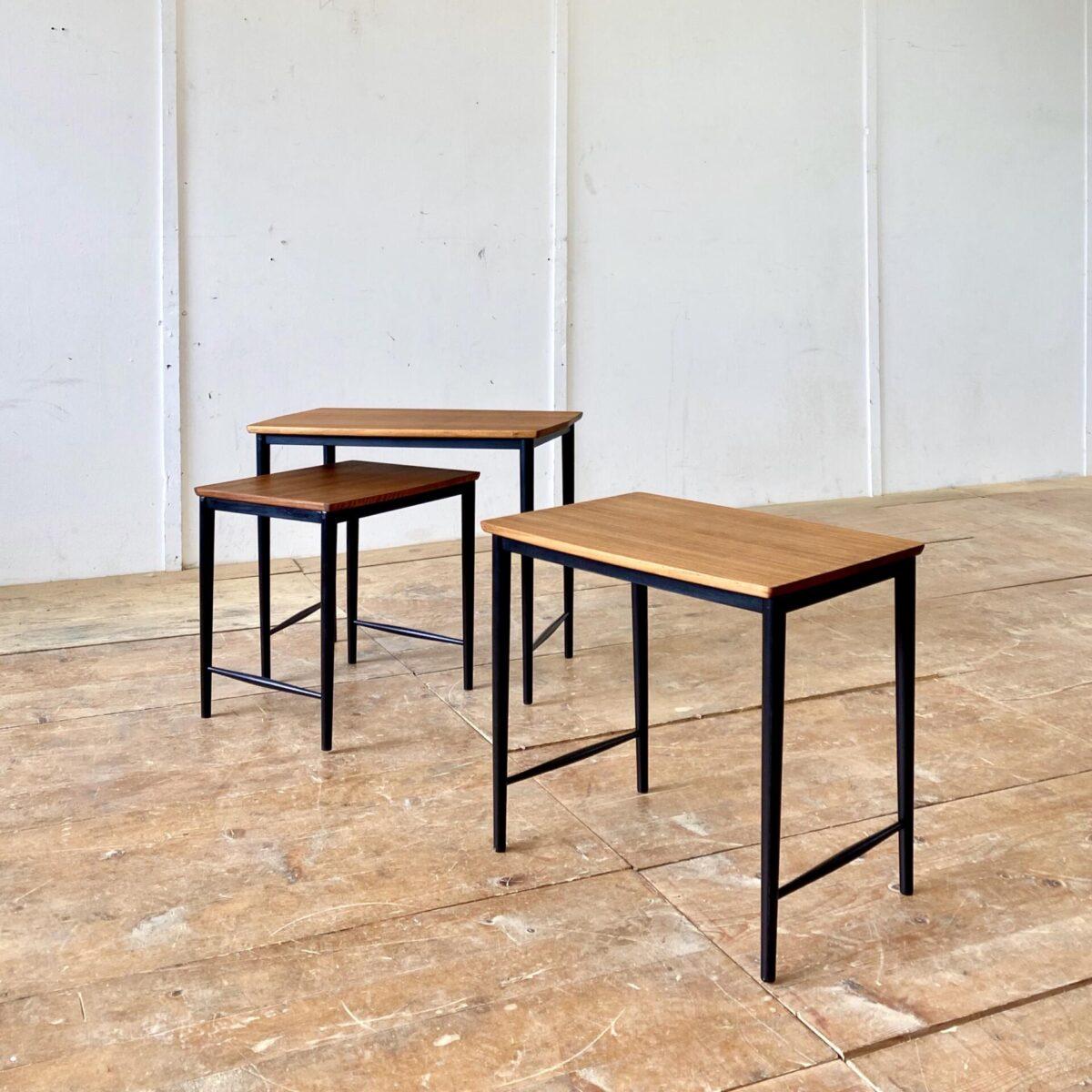 Deuxieme.shop midcentury Satztische leggera Gio ponti. Set mit 3 Nussbaum Satztischen. 67x40cm Höhe 54cm. Die Tische sind frisch aufbereitet, Holzoberfläche mit Naturöl behandelt. Die Filigranen Holzbeine sind schwarz lackiert. Die Tische lassen sich ineinander Schieben, verteilt als Sofa Beistelltische oder Blumentische.