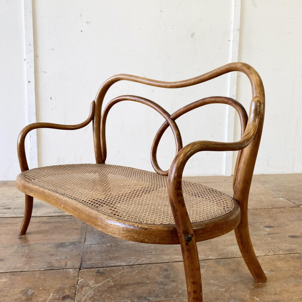 Deuxieme.shop Antike Thonet Bugholz Möbel. Kinder Bugholz Sitzbank und Kinderstühle von Thonet. Bank 83x44cm Höhe 60cm Sitzhöhe 25cm. Der grössere Stuhl hat eine Sitzhöhe von 24cm der kleine 119cm.