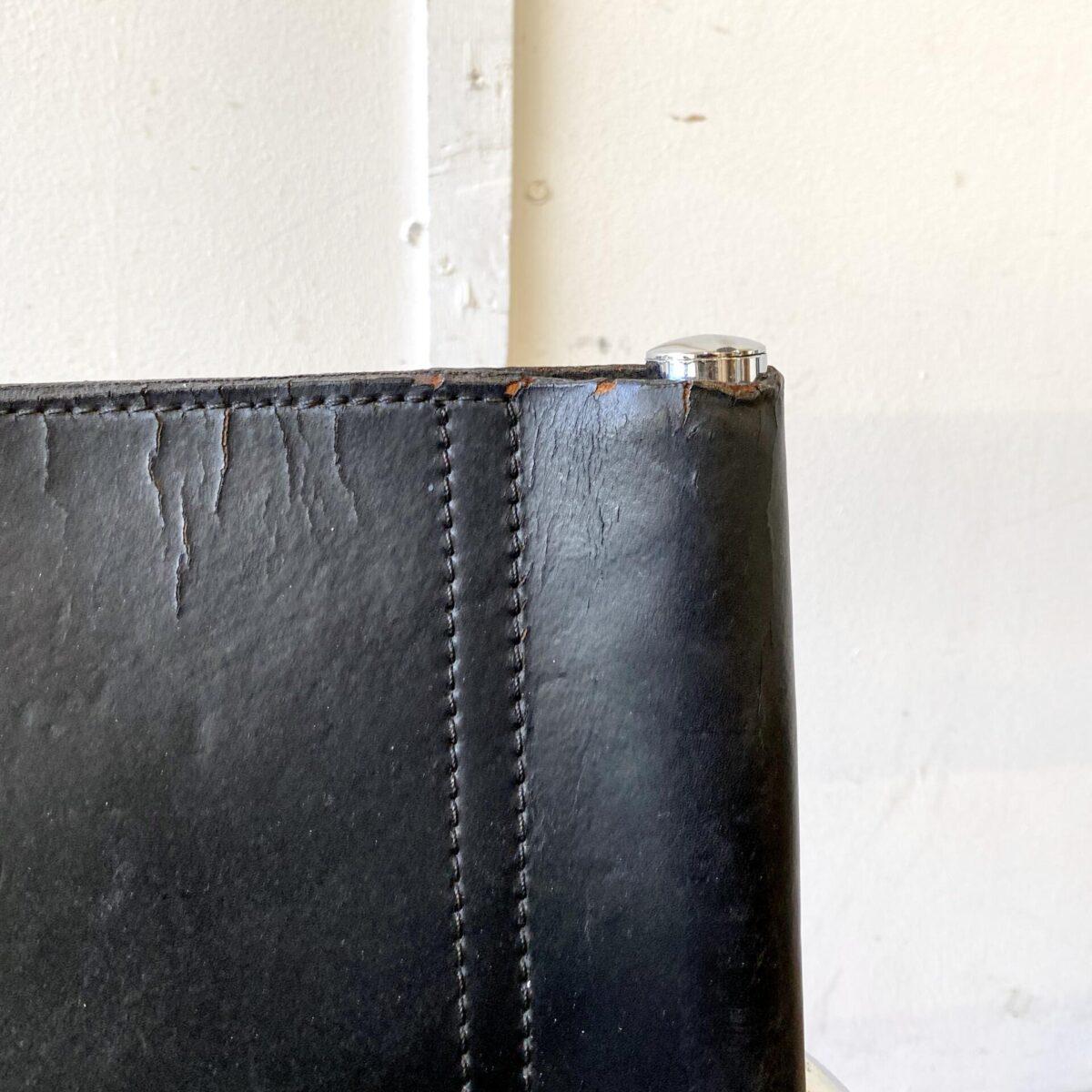 Deuxieme.shop Leder Freischwinger mies van der Rohe Bauhaus. 4er Set Leder Freischwinger. Das Stahlrohrgestell ist verchromt. Sitz und Lehne aus schwarzem Leder, teilweise etwas verbraucht gemäss Fotos. Die Sitzfläche ist Doppellagig und bei einem hat die untere Seite ein Riss. Die Armlehnen sind ebenfalls mit Leder eingefasst. Preis fürs Set.