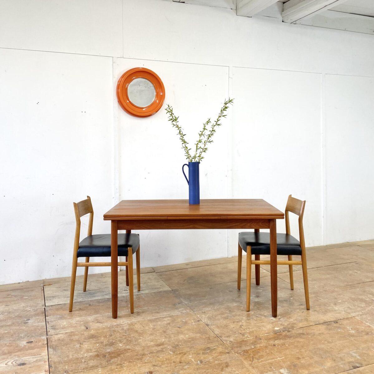 Deuxieme.shop 60er Jahre Teak Tisch denmark. Midcentury Teak Tisch. 125x80cm Höhe 73cm Ausgezogen 213x80cm. Der Küchentisch ist in gutem stabilen allgemein Zustand, kleinere Alters Abnützungen. Die konischen Rundbeine sind demontierbar.
