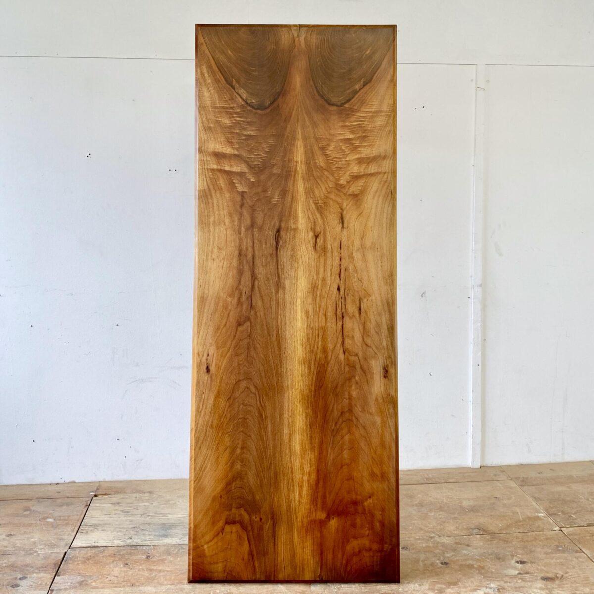 Deuxieme.shop antiker Horgen glarus Tisch Swiss design. Alter Nussbaum Beizentisch mit Profilkante und Emil Baumann Gussfüssen. 205x76.5c, Höhe 74cm. Das Tischblatt besteht aus nur zwei breiten Vollholz Brettern, welche gespiegelt verleimt sind. Die Holzoberflächen sind mit Naturöl behandelt. An dem Tisch finden bis zu 8 Personen angenehm Platz.