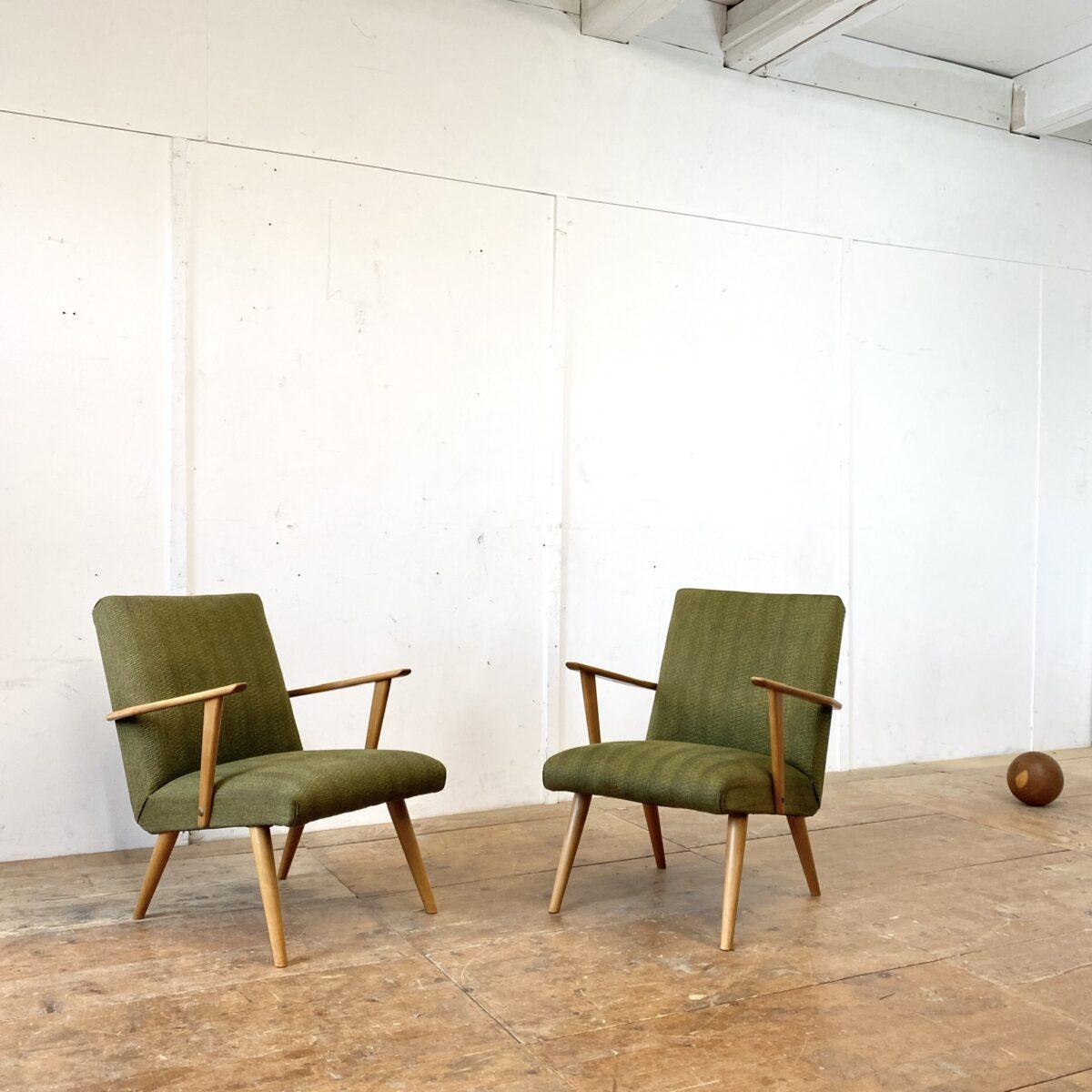 Deuxieme.shop midcentury easy chairs. Zwei Cocktail Sessel aus den 50er/60er Jahren. 62cm breit 75cm tief Sitzhöhe ca. 36cm. Der grüne Polsterstoff ist in gutem Zustand. Die Konischen Rundbeine und Armlehnen sind aus Buchenholz. Preis fürs Set.