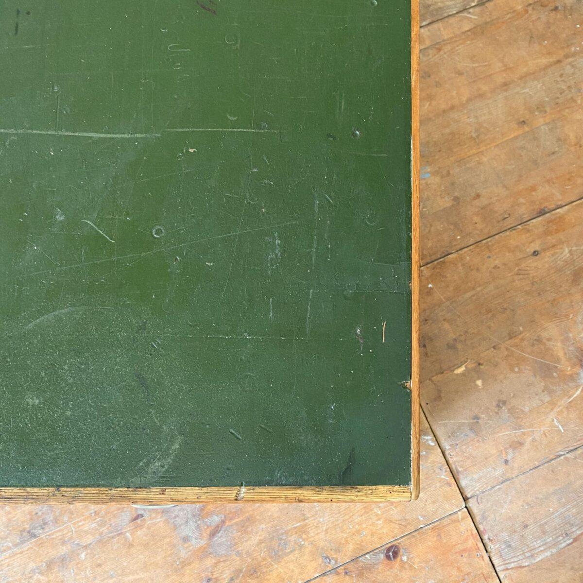 Deuxieme.shop industrial Schubladenkorpus Sideboard. Schubladenmöbel aus Eiche mit grünem Linoleum Deckblatt. 182x59cm Höhe 80cm. Die Linoleum Oberfläche ist stark benutzt worden, diverse hicke, Schrammen und Verfärbungen. Soweit aber stabil und gleichmässig verbraucht. Die Schubladen laufen alle gut, in der Mitte der Kommode hat es vier Fächer. Das Sideboard steht auf einem schwarzen zurückversetzten Sockel.