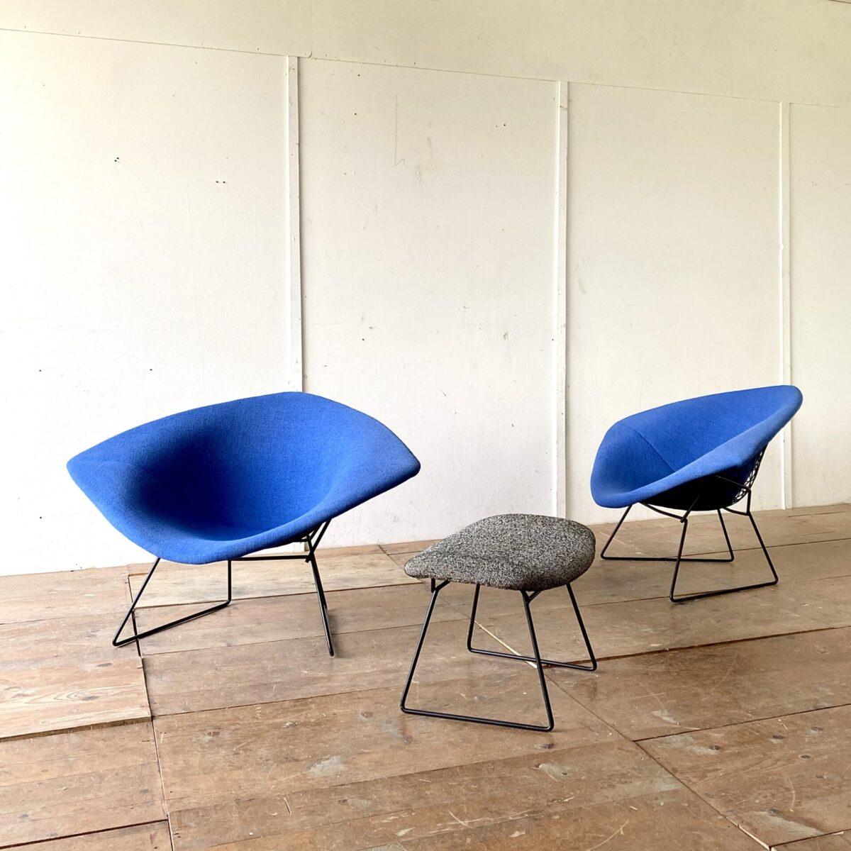Deuxieme.shop big Diamond Chair Knoll inc. Knoll international 50s. Zwei Grosse Diamond Chairs von Harry Bertoia für Knoll. Die Sessel sind Original aus den 50er Jahren, der Stoff (Kvadrat) wurde mal neu bezogen und ist in gepflegtem sauberen Zustand. 114x82cm Höhe 71cm Sitzhöhe 40cm. Der Ottoman mit grau-weiss meliertem Stoff ist ebenfalls verfügbar. Der Preis bezieht sich auf einen Sessel, der Ottoman ist 800.-