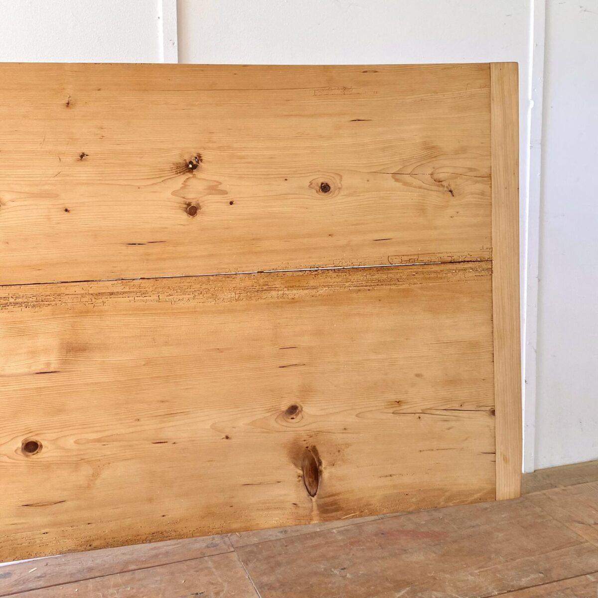Deuxieme.shop designklassiker alter Holztisch. Grosser, leicht wirkender, Tannenholz Biedermeiertisch. 242x88cm Höhe 76cm. Dieser Zargentisch ist frisch aufbereitet, filigrane Leichtfüssige Beine und angenehme Beinfreiheit. An dem Esstisch finden 10 Personen Platz. Der Holzwurm war mal etwas fleissig, ist jedoch alles in stabilem Zustand. Das Tischblatt ist mittels Holzzapfen schwimmend aufgelegt.