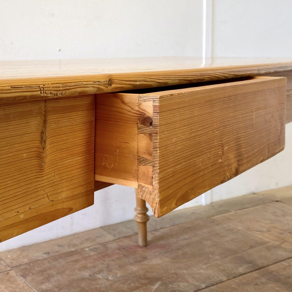 Deuxieme.shop klassischer Biedermeier Esstisch alter Holztisch. Klassische Tannenholz Biedermeiertisch mit gedrechselten Beinen. 220x76cm Höhe 76.5cm Beinfreiheit 60.5cm. Der Esstisch hat eine Besteck Schublade, ein Tischbein ist etwas verzogen, aber alles in stabilem Zustand. Die Holzoberflächen sind lackiert. Es finden bis zu 10 Personen daran Platz.