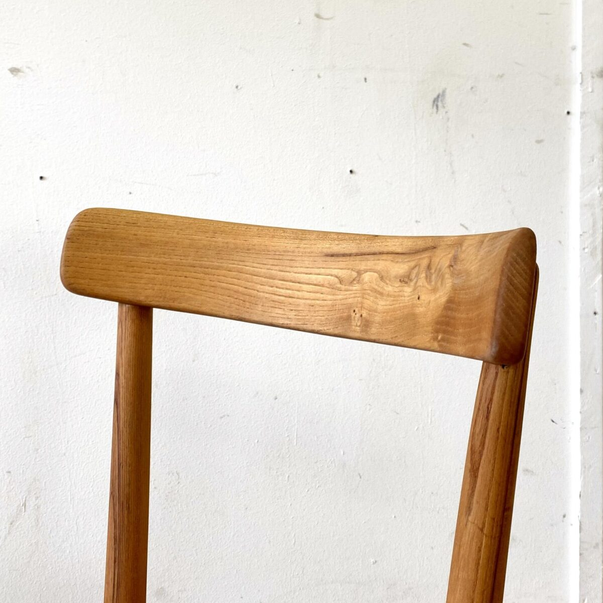 Deuxieme.shop rare Max Moser Stühle designklassiker. Horgenglarus Stühle von Max Moser in Ulmenholz Ausführung. Die Stühle sind restauriert und geölt, die einzelpreise variieren von 350.- bis 550.- da es teilweise Furnier flicke hat. Sitzfläche aus Sperrholz mit Sitzmulde, die restlichen Teile sind aus Vollholz Dampfgebogen. Ein Stuhl ist ein leicht anderes Modell, Beine etwas geschwungen, und die Rückenlehne feiner und mehr gebogen.