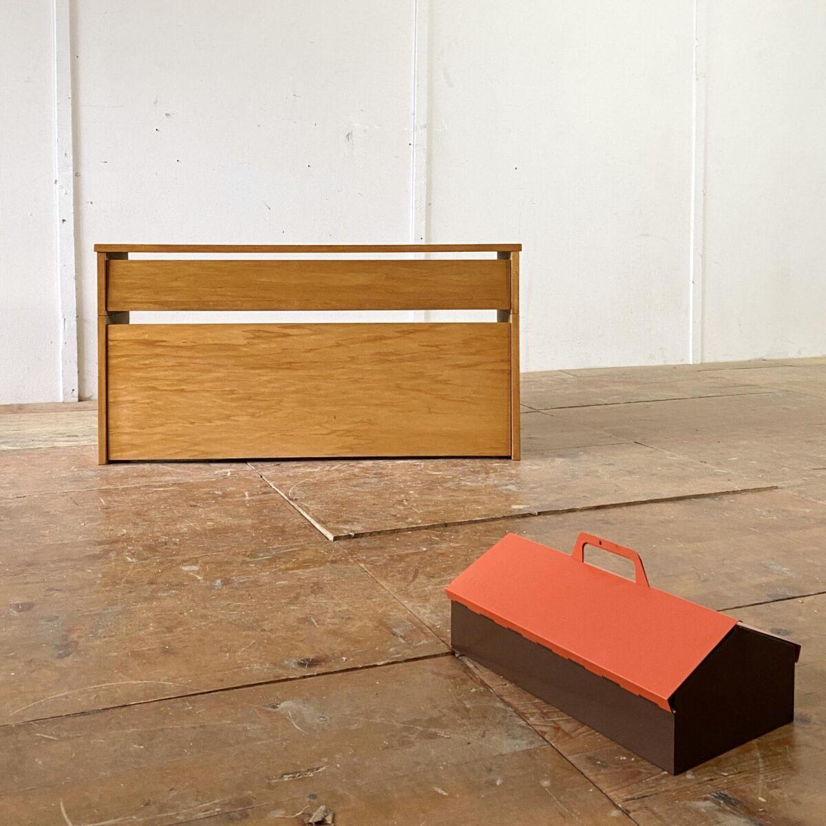 Deuxieme.shop swissdesign 50er Jahre willhelm Kienzle. Schuhkippe aus den 50er Jahren von Willhelm Kienzle für Wohnhilfe Zürich. 101x25cm Höhe 52cm. Die Orange-braune Mewa Schuhputzkiste aus Metall ist ebenfalls verfügbar. Preis: 85.-