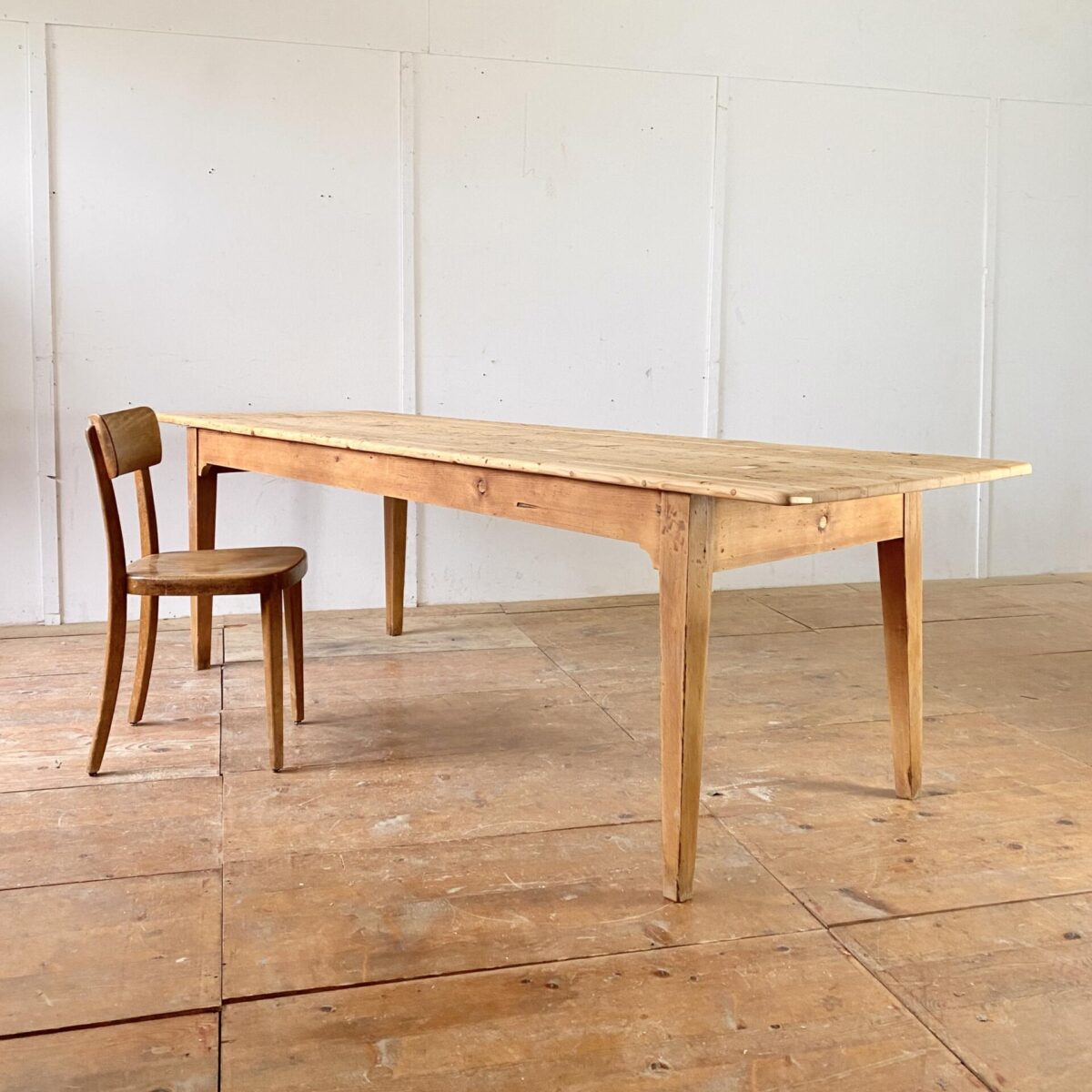 Deuxieme.shop Alter Beizentisch Designklassiker Tannenholz Biedermeiertisch mit Buchenholz Beinen. 253x82cm Höhe 76cm. Tischbeine etwas verzogen aber alles in stabilem Zustand. Das Tischblatt ist ein recht verbrauchtes Flickwerk, alles fein überarbeitet und stabil. Holzoberflächen mit Naturöl behandelt.