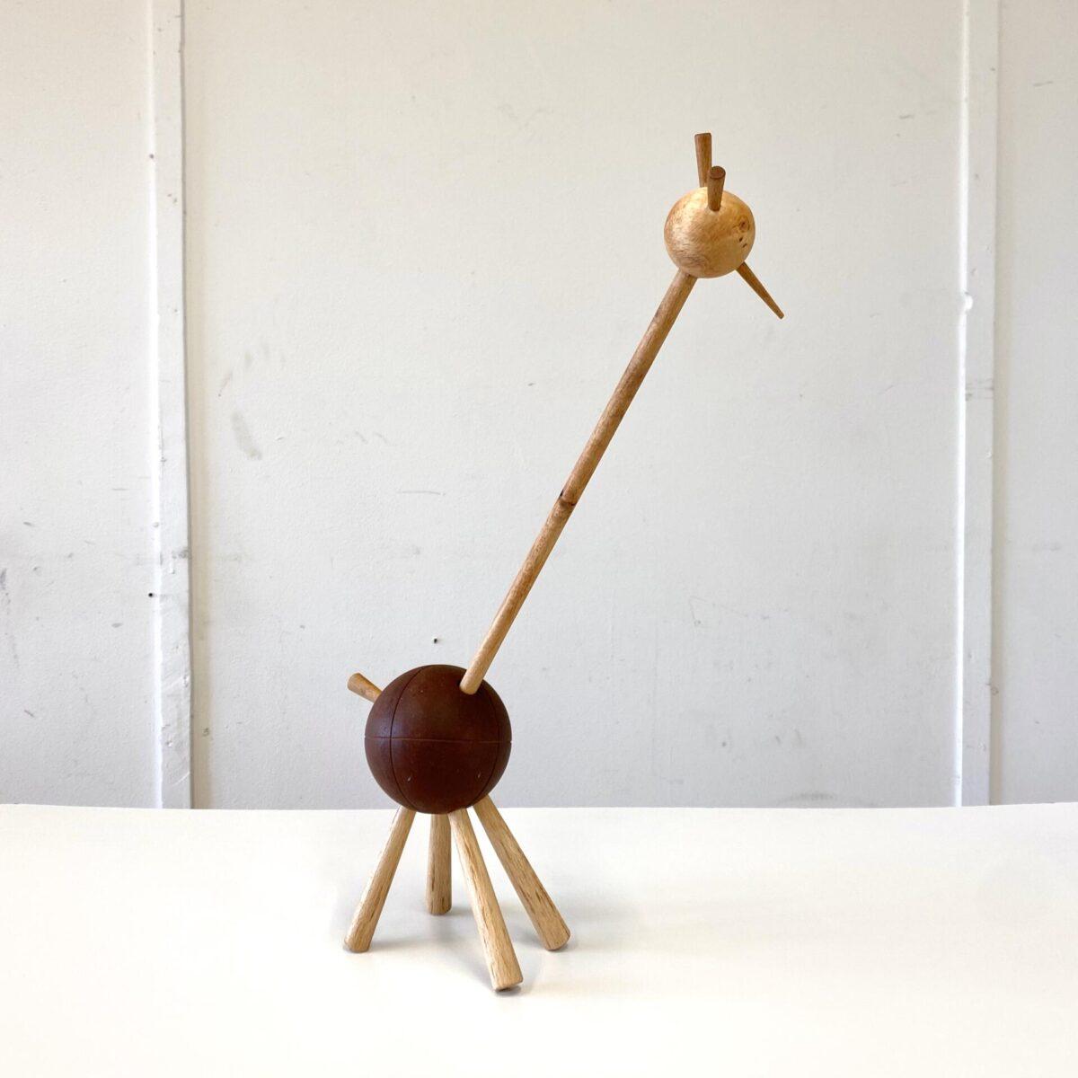 Deuxieme.shop Giraffen Skulptur Nicola Landert. Giraffe ähnliches Langhals Tier. 42cm hoch. Auf der Suche nach Dekorativen Requisiten die etwas in die Höhe ragen, kam die Idee eine Giraffe zu machen. Möglichst simpel mit vorhanden Materialien (alte Boccia Kugel) und trotzdem schön ausgeformten Elementen. Konische Rundholz Beine mit gutem Stand, Kopf und Hals sind drehbar.