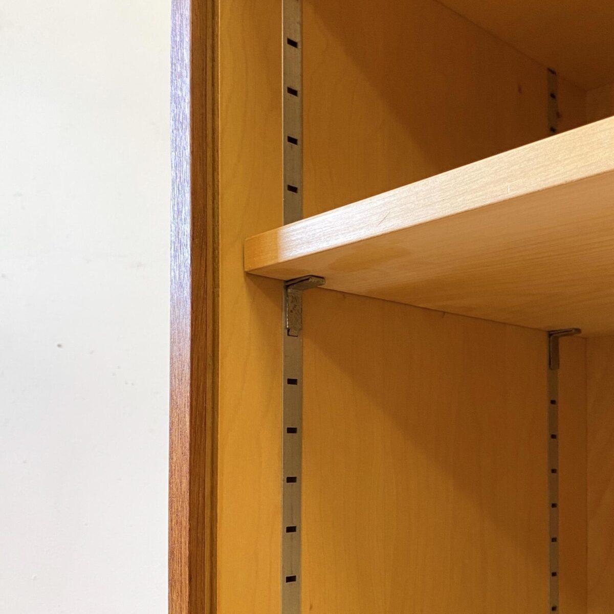 Deuxieme.shop midcentury Teak Sideboard. Kleines Teak Sideboard mit Schiebetüren auf hochbeinigen Stahlbeinen. 99x37cm Höhe 87.5cm. Die Kommode ist in schönem allgemein Zustand, ein paar kleinere Hicke und Schrammen. Hinter den Schiebetüren mit den runden Aluminiumgriffen, befindet sich ein höhenverstellbares Tablar. Das Möbel innere ist Ahorn furniert.
