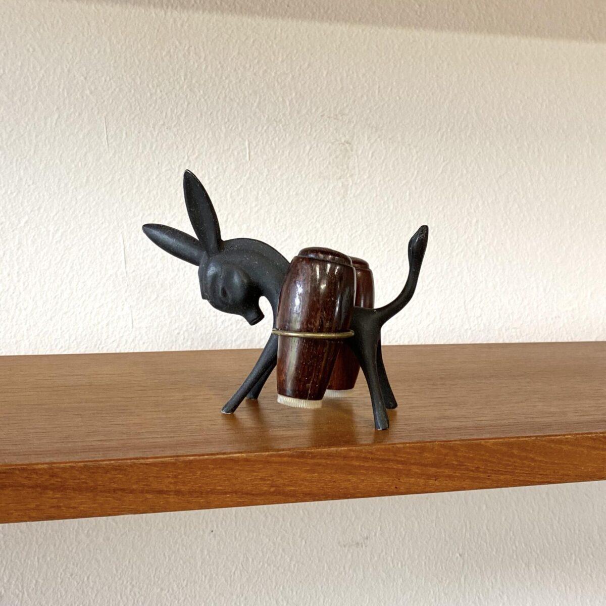 Deuxieme.shop midcentury tiere. Salz & Pfeffer Streuer von Walter Bosse für Hertha Baller. Der kleine Esel ist aus Messing, die Gewürz Streuer aus Palisander. Hergestellt in Österreich in den 60er Jahren.