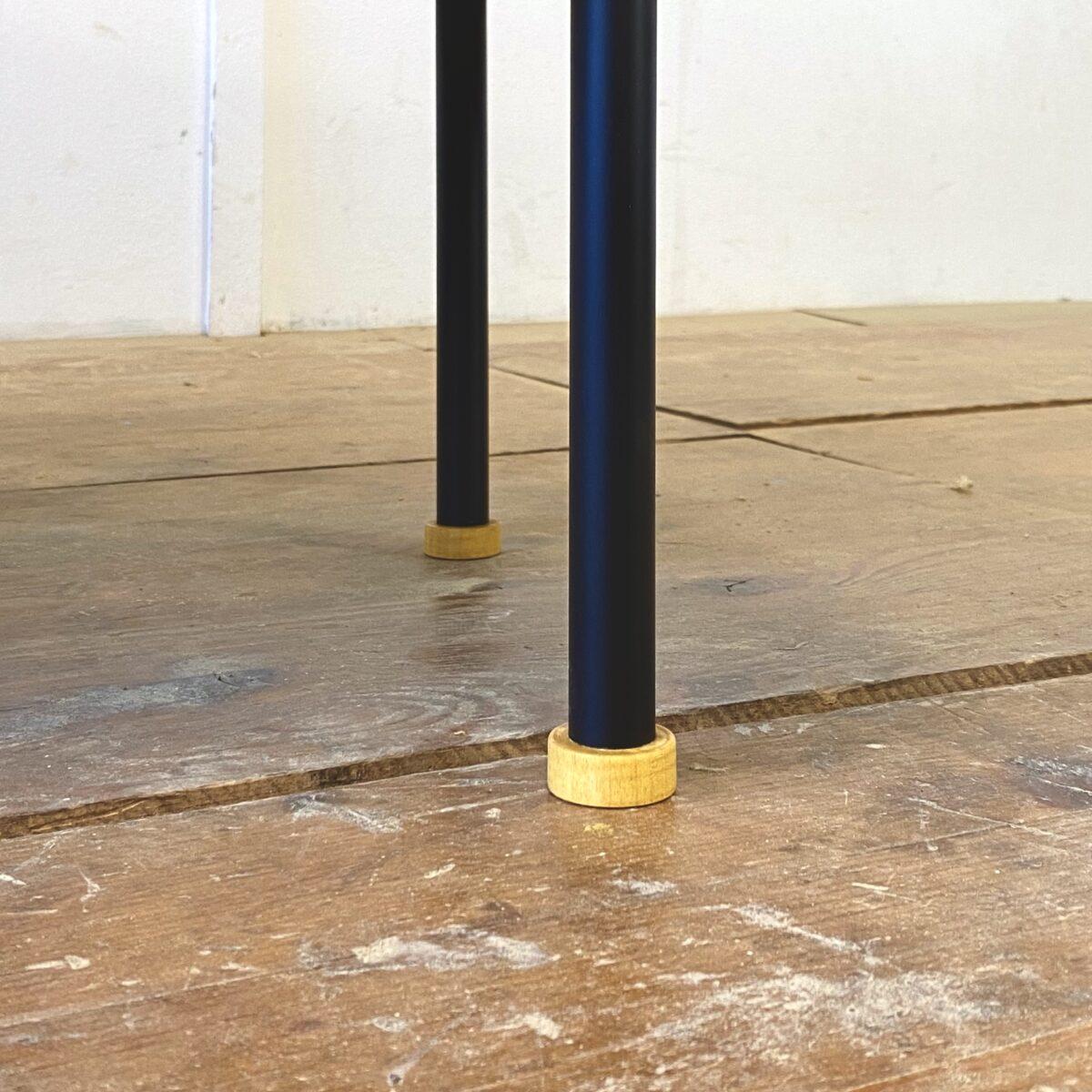 Deuxieme.shop swissdesign Kurt Thut Sideboard. Nussbaum Sideboard mit drei Schiebetüren und Metallbeinen. 150x46cm Höhe 68.5cm. Simples geradliniges Schweizer Design. Schiebetürgriffe und Standfüsse sind aus Ahornholz. Auf dem Deckblatt hat es etwas farbliche Unterschiede, die Rückseite der Kommode ist auch als Sichtseite verarbeitet. Das Möbel könnte als Raumteiler eingesetzt werden.